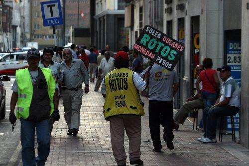 Cambistas de Jirón Ocoña. ANDINA/Héctor Vinces