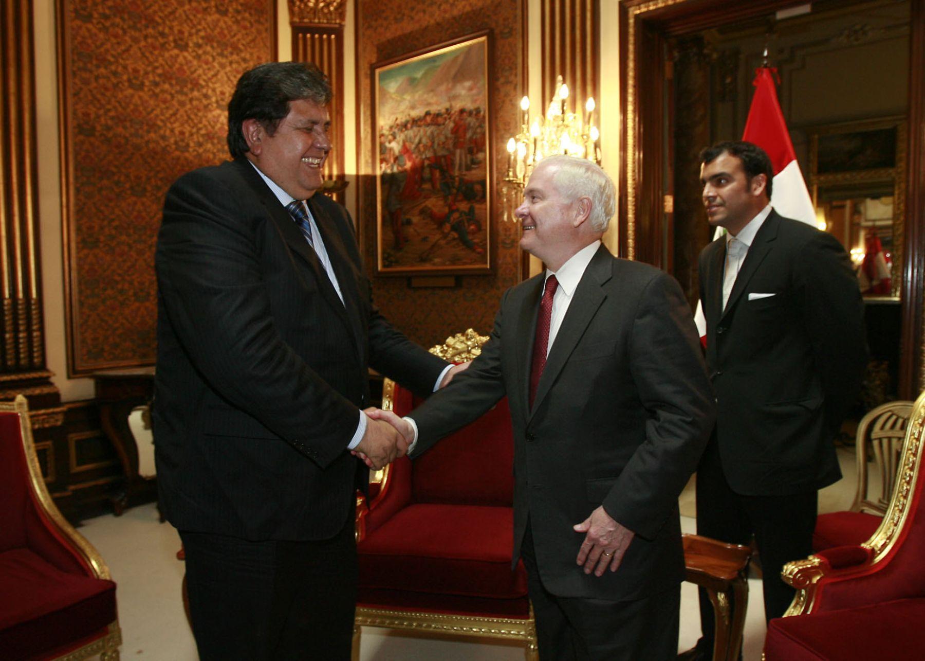 El Presidente de la República, Alan García, recibe en Palacio de Gobierno al secretario de Defensa de Estados Unidos, Robert Gates. Foto: Sepres.