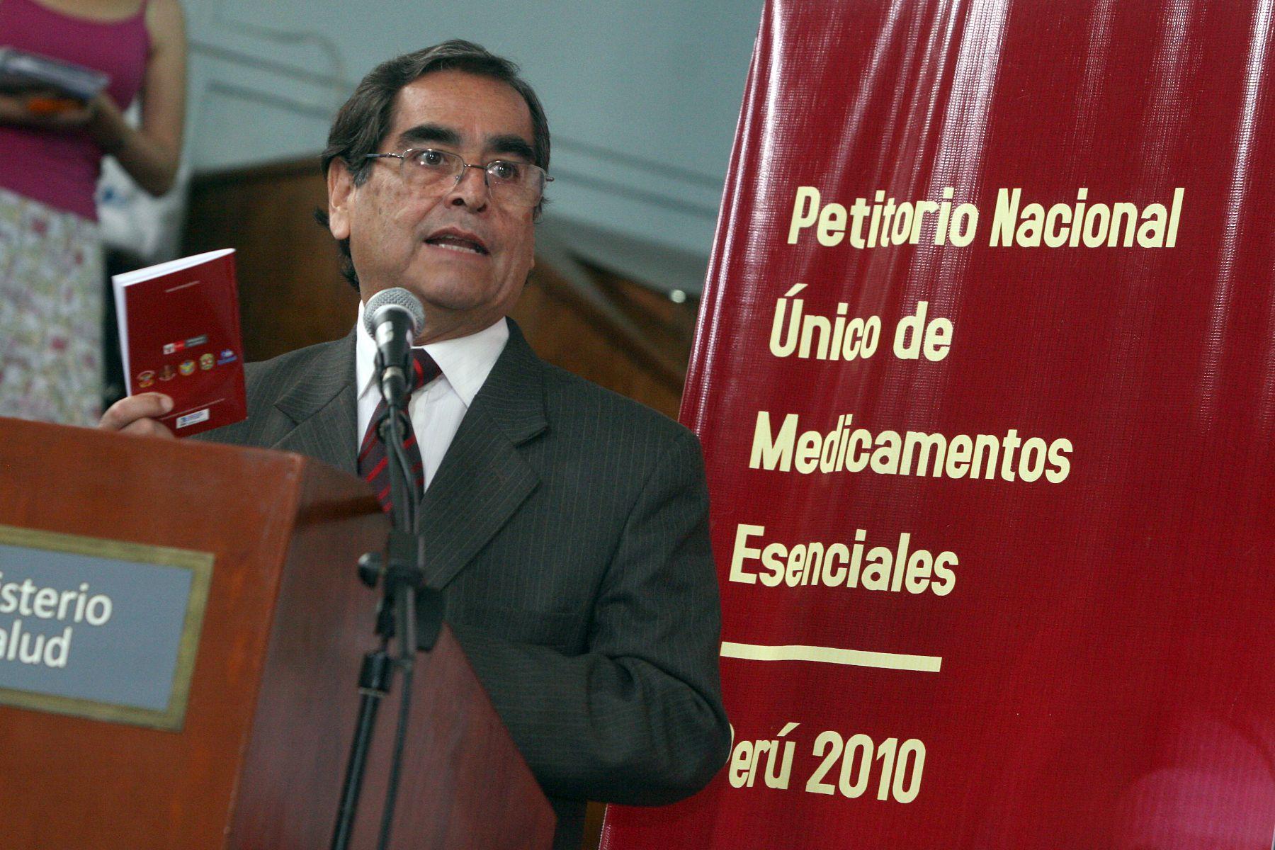 Ministro de Salud, Óscar Ugarte, toma la palabra durante la entrega del Petitorio Nacional Único de Medicamentos Esenciales (PNUME). Foto: ANDINA/Rocío Farfán.