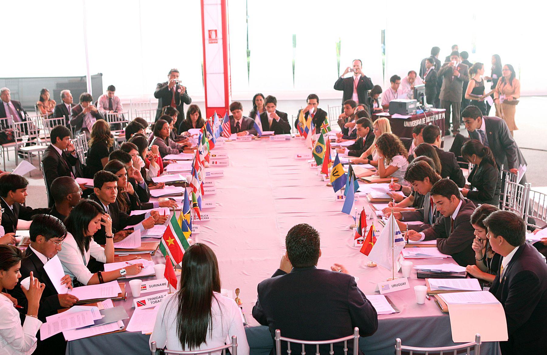 Delegados de los paises miembros de la OEA,  participan en el XXVIII  Modelo de la Asamblea General de la Organización de Estados Americanos (MOEA).Foto: ANDINA/Norman Córdova