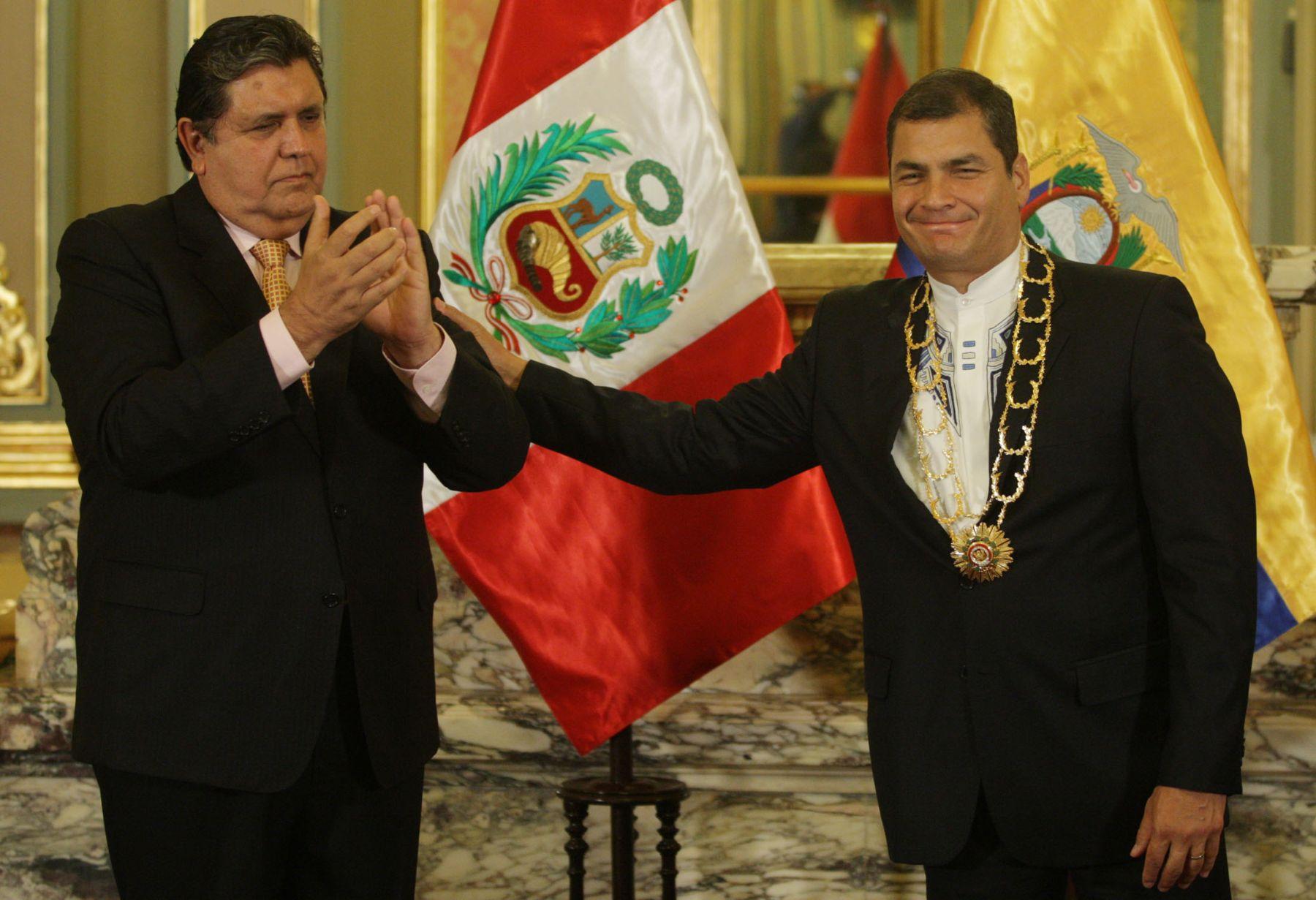 Presidente Alan García condecora a su homólogo ecuatoriano, Rafael Correa, con el Gran Collar de la Orden del Sol del Perú en el Salón Dorado de Palacio de Gobierno. Foto: ANDINA/ Jack Ramón