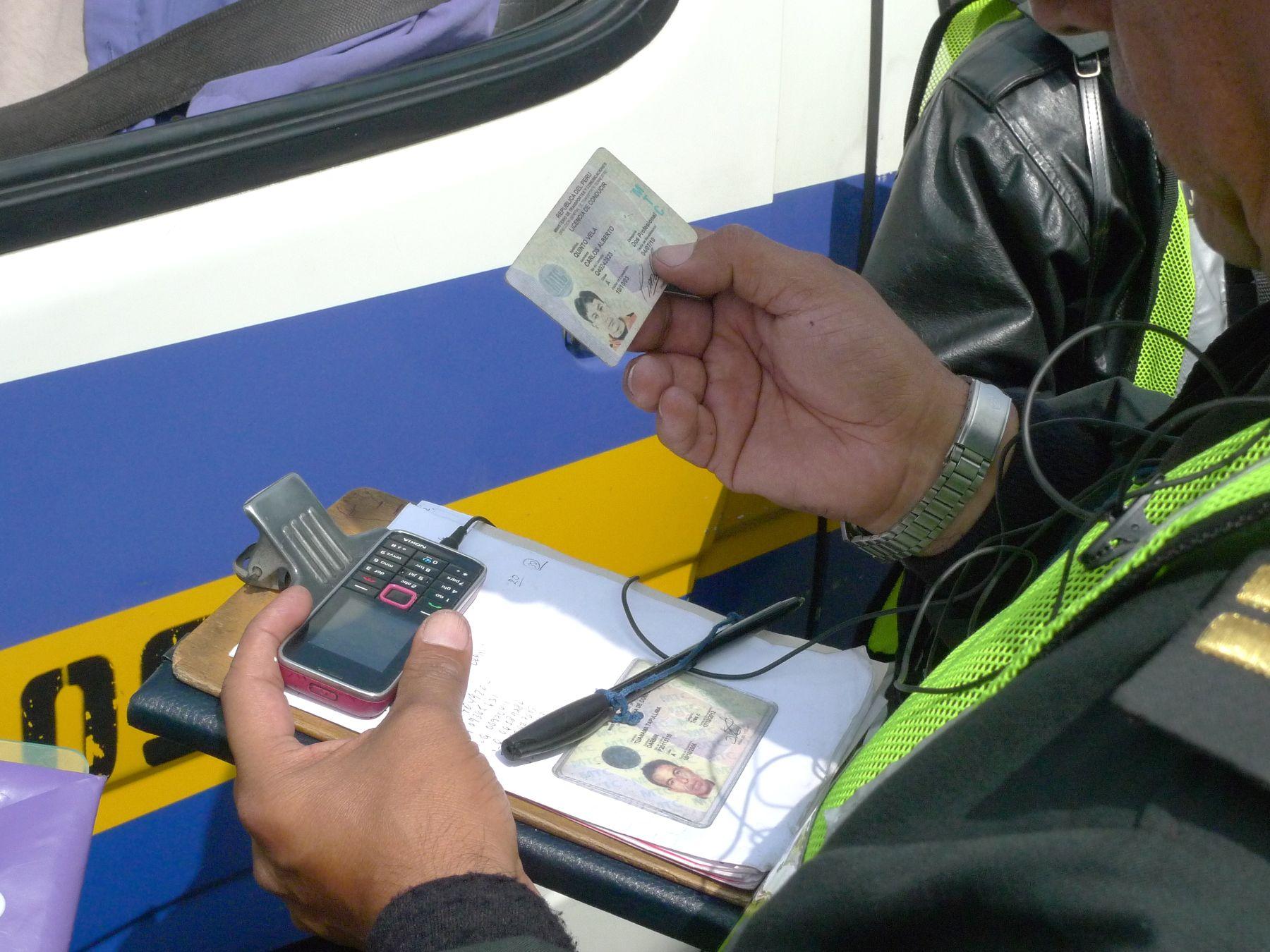 El director general de Transporte Terrestre del MTC, Enrique Medri, participa de operativo para detectar a choferes con brevetes cancelados o suspendidos, en las inmediaciones del Puente Nuevo, en Zárate.