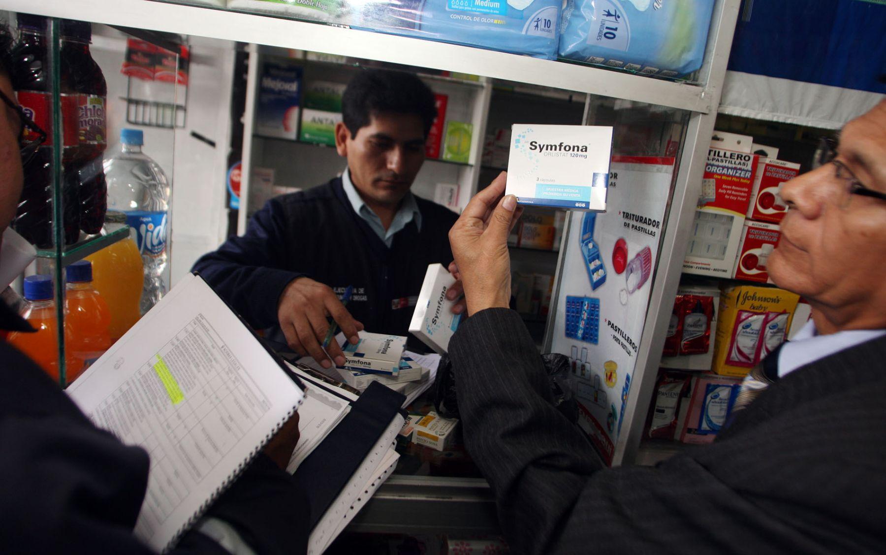 Dirección General de Medicamentos, Insumos y Drogas (Digemid) realiza control de venta de medicanientos en buen estado en farmacías de Magdalena. Foto: ANDINA/Gustavo Sánchez.