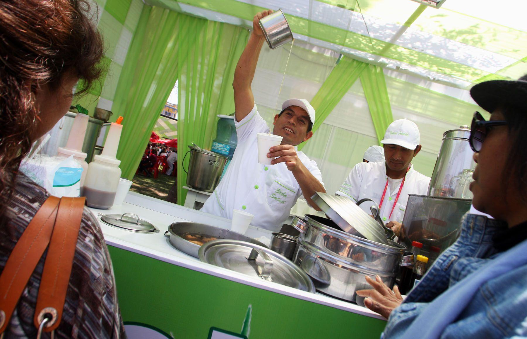 Claudio Manrique, emolientero de Surco, participa en III Feria Gastronómica Internacional de Lima Mistura 2010. Foto: ANDINA/Gustavo Sánchez.