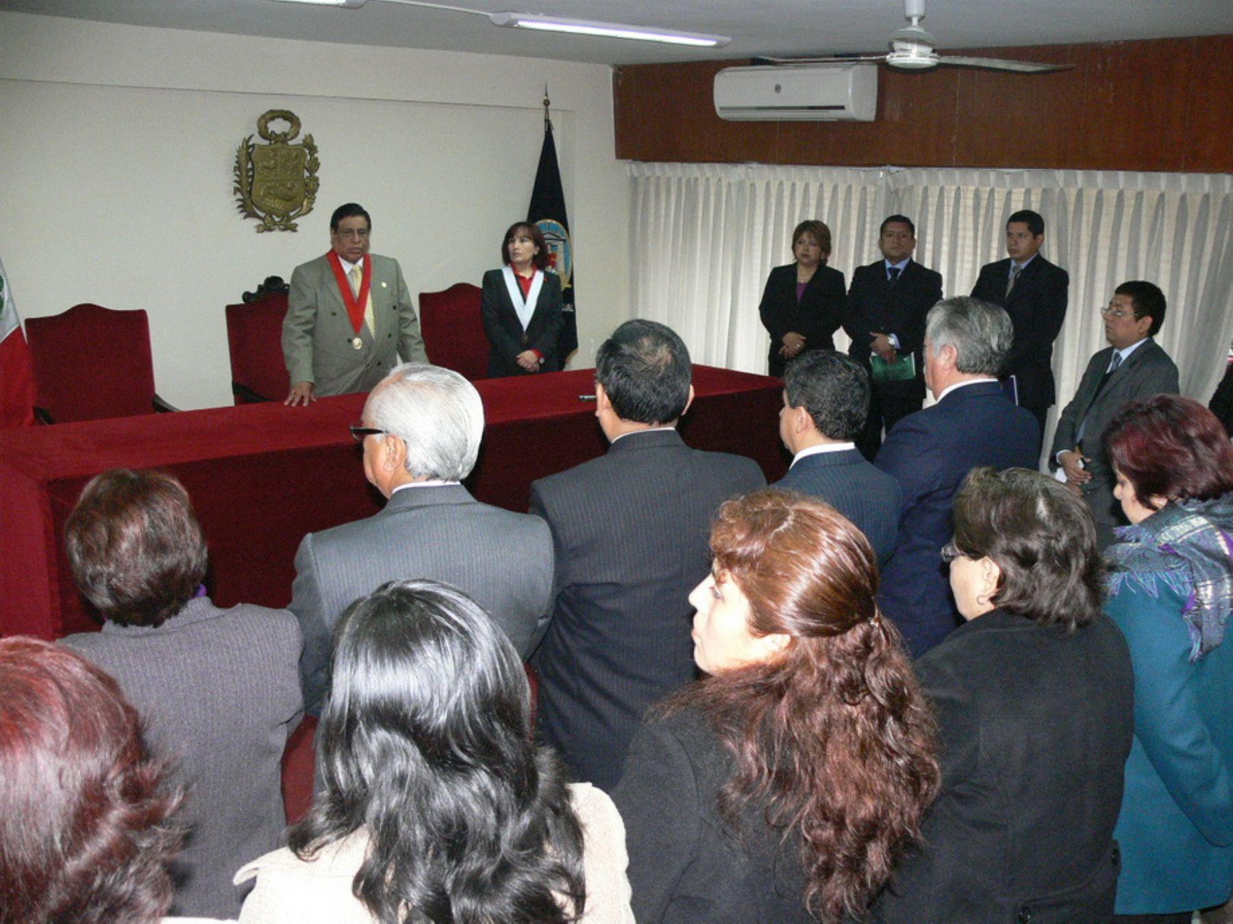 Presidente de la Corte de Lima, César Vega Vega, se dirige a los magistrados y personal jurisdiccional durante visita inopinada. Foto: Corte de Lima.