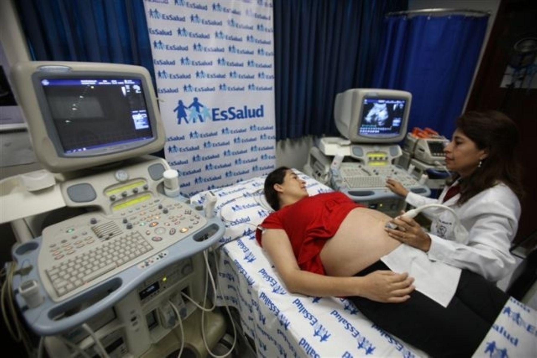 Moderno ecocardiógrafo posee el Instituto Nacional del Corazón de EsSalud, el cual permite advertir si un bebé en gestación presenta problemas cardiovasculares. Foto: EsSalud.