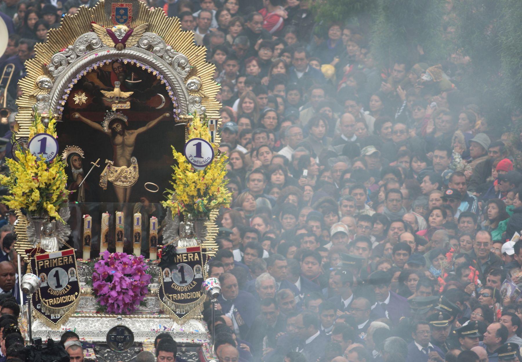 Salida en procesión del Señor de los Milagros. Foto: ANDINA/Juan Carlos Guzmán Negrini.