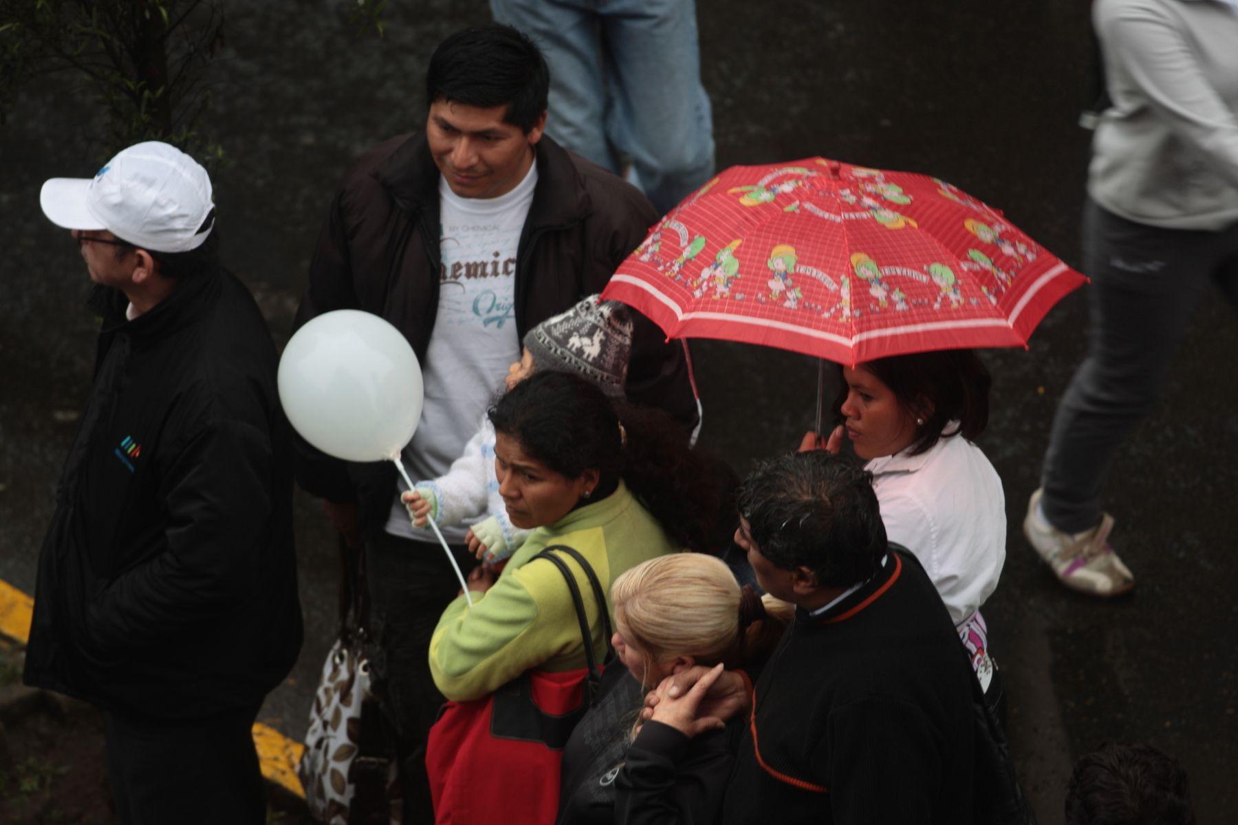 Llovizna incesante en Lima no melló ánimo de fieles que siguen cuarta procesión del Señor de los Milagros. Foto: ANDINA/Juan Carlos Guzmán Negrini.