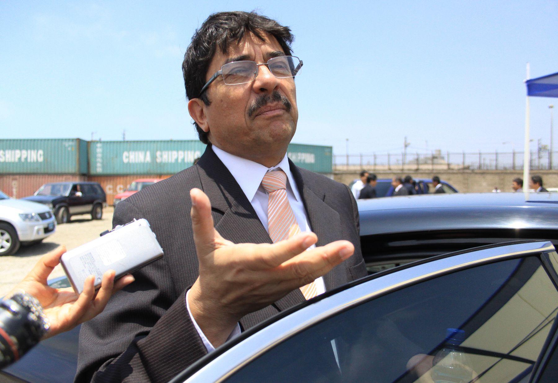 El Ministro de Transportes Enrique Cornejo declara a la prensa.Foto: ANDINA/Jessica Vicente