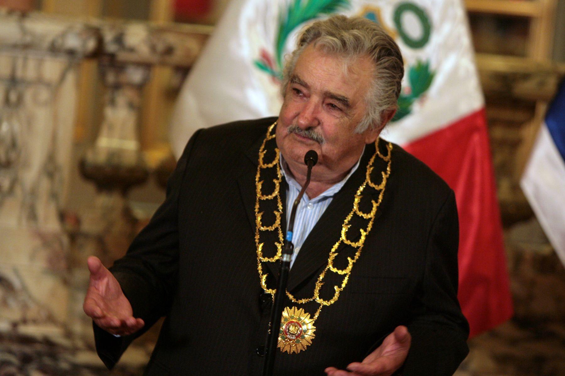 Presidente de Uruguay,José Alberto Mujica, recibe la condecoracion rden del Sol del Perù en Palacio de Gobierno ANDINA/Cesar García