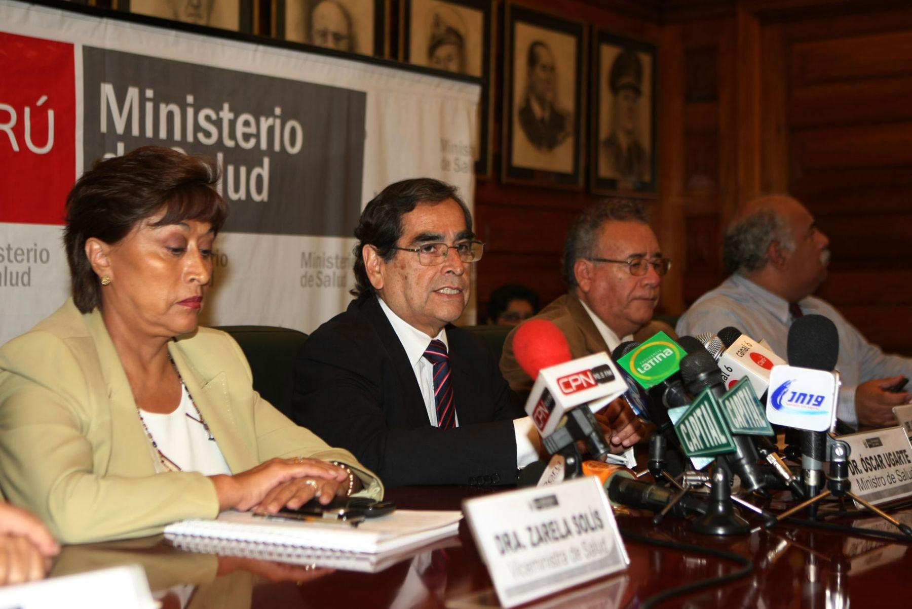 Ministro de Salud, Oscar Ugarte, informa en conferencia de prensa sobre la situación del dengue en el País.  Foto: ANDINA/Vidal Tarqui