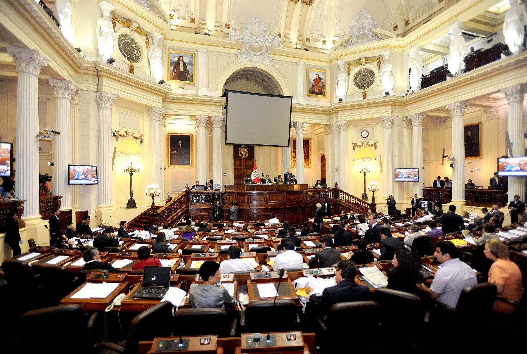 La Mesa Directiva del Congreso, encabezada por su presidente César Zumaeta Flores, conduce la sesión matutina del Pleno realizada hoy en el hemiciclo Raúl Porras Barrenechea. Foto: ANDINA / CDR.