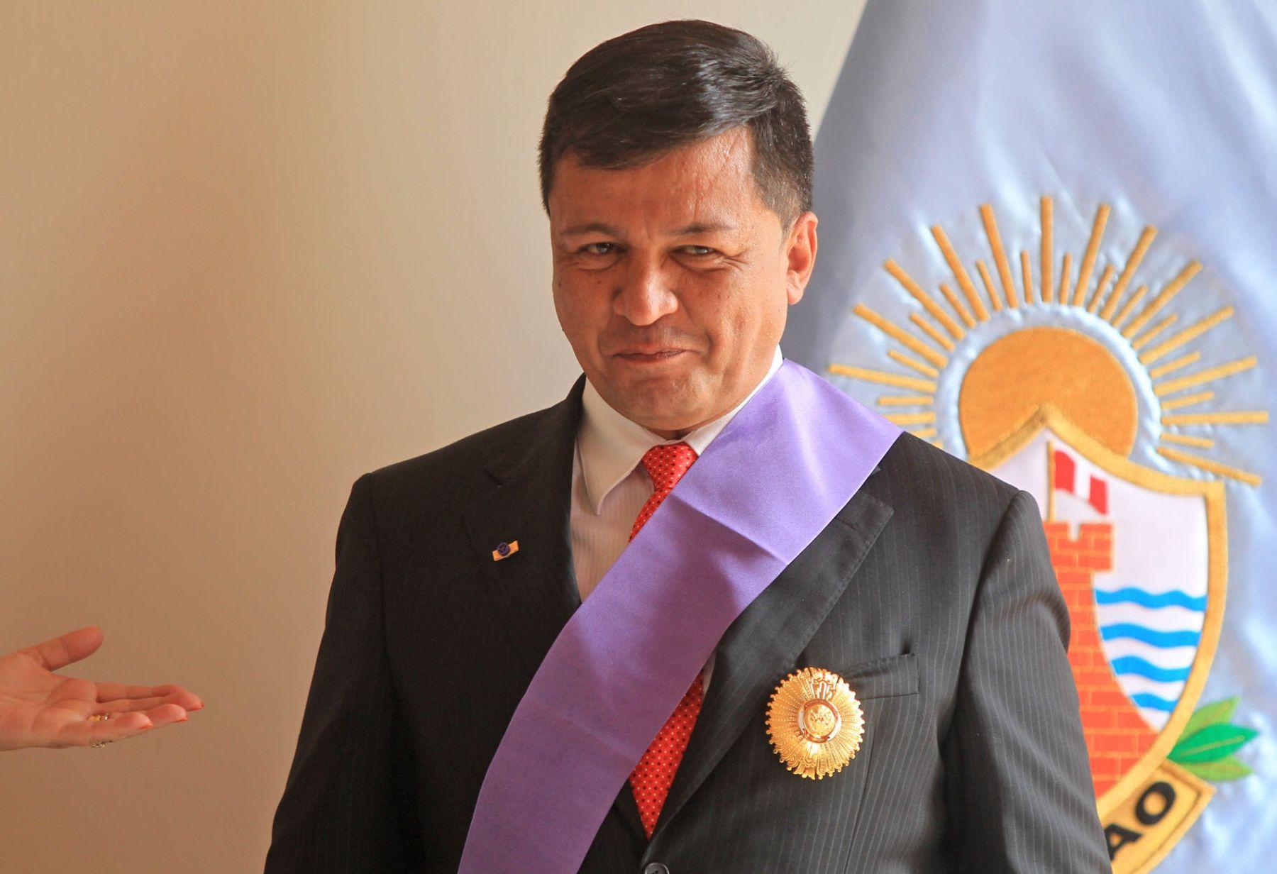 El alcalde del Callao, Juan Sotomayor García, es condecorado por la jefa del Gabinete, Rosario Fernández Figueroa. Foto: ANDINA/Carlos Lezama.