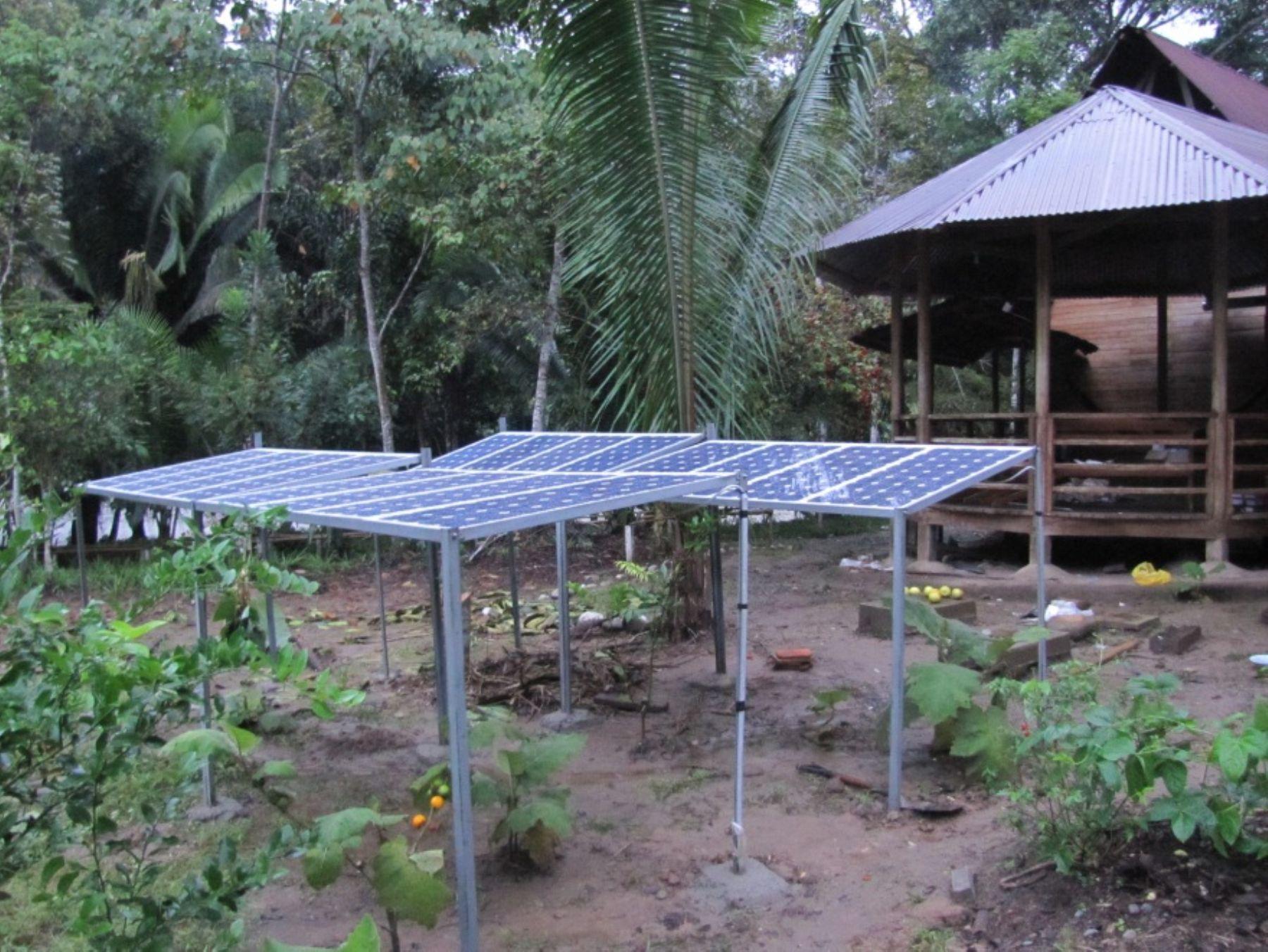 Instalan 16 paneles solares en la reserva nacional Río Abiseo, en San Martín, para transformar la energía solar directamente en energía eléctrica. Foto: Sernanp.