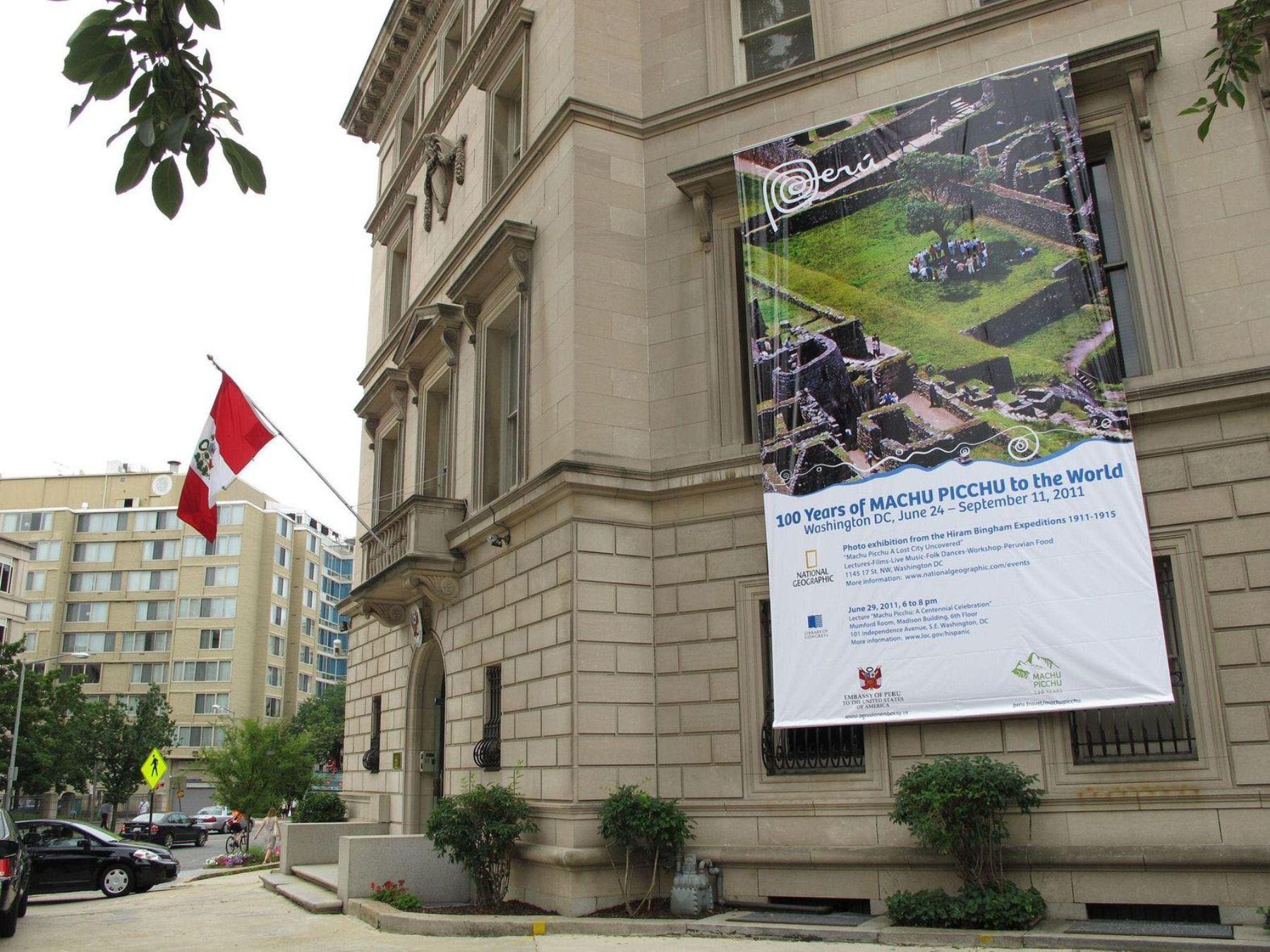 La Embajada del Perú en Washington luce gigantografias que anuncian la conmemoración del Centenario del Descrubrimiento de Machu Picchu para el Mundo. Foto: ANDINA/ Embaja del Perú