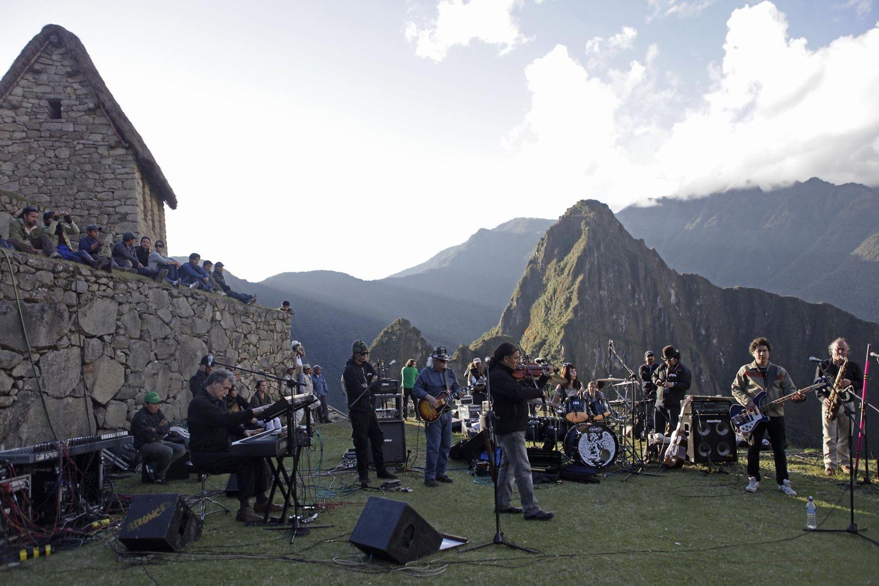 Integrantes del grupo Los Jaivas realizan pruebas de sonido, en visperas al concierto que realizarán mañana en la ciudadela de Machu Picchu. Foto: ANDINA/Alberto Orbegoso
