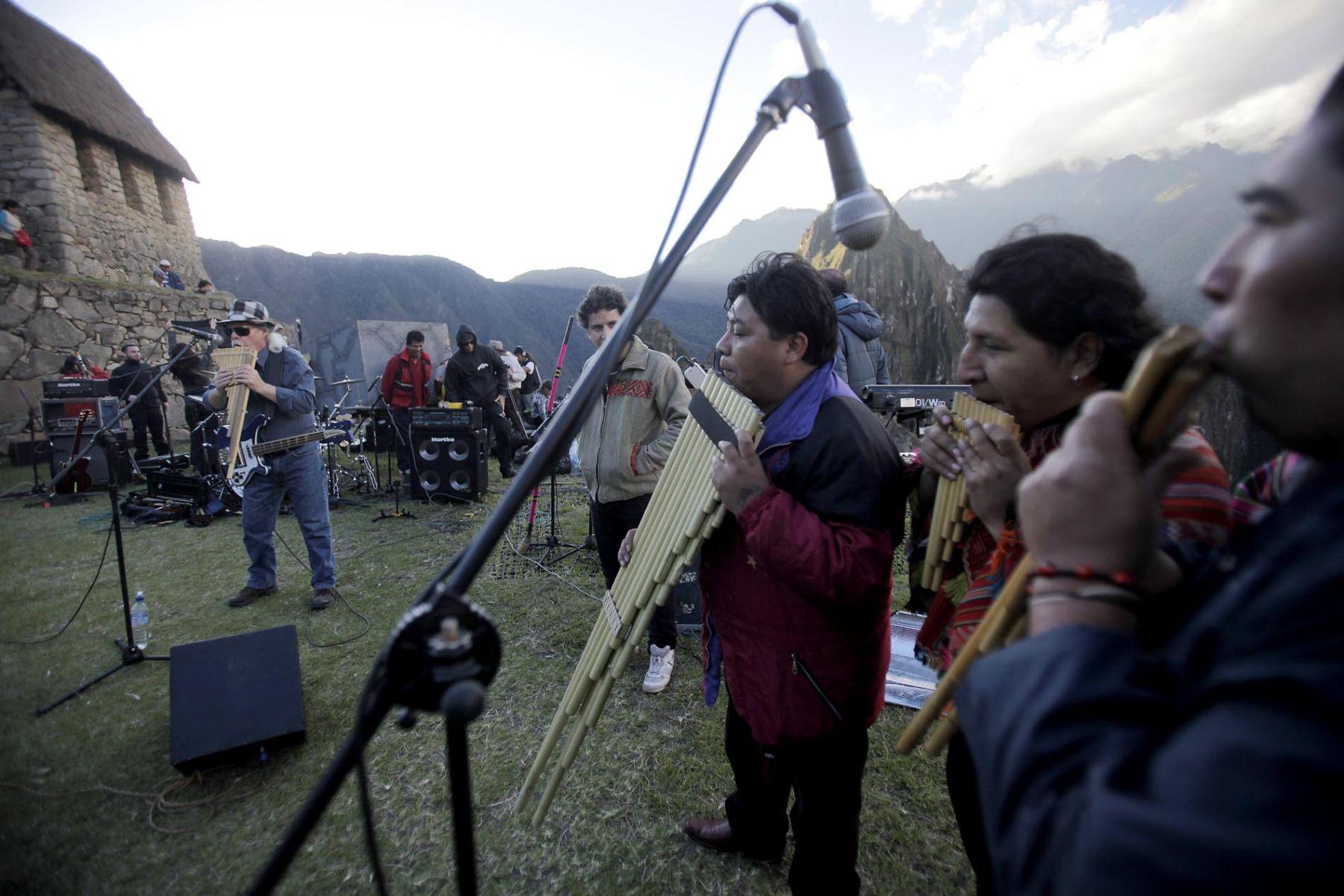 Integrantes del grupo Los Jaivas realizan pruebas de sonido para el concierto que realizarán mañana en la ciudadela de Machu PicchuFoto: ANDINA/Alberto Orbegoso