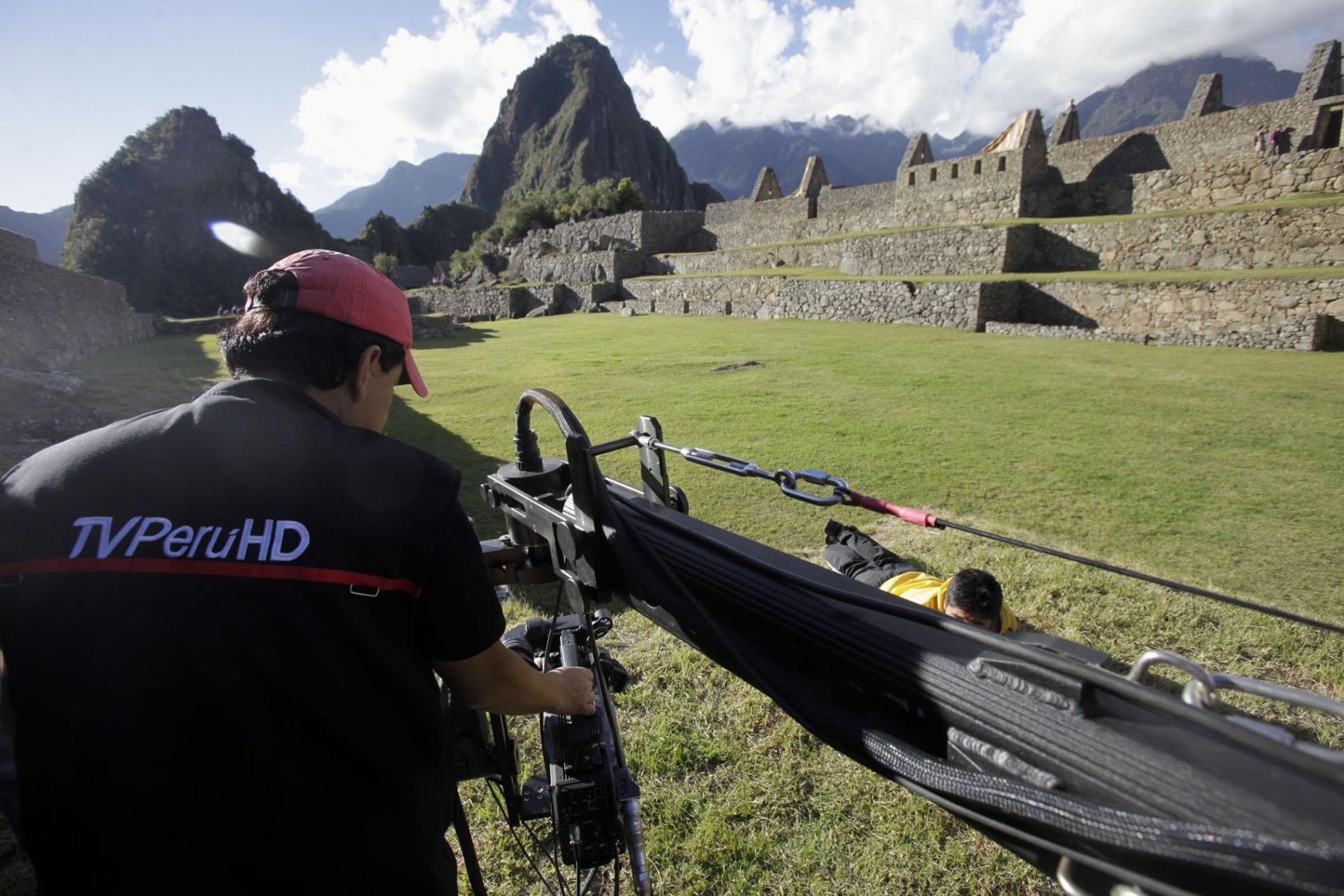 Instalación de equipos de televisión para cobertura del espectáculo por la conmemoración de los 100 años de Machu Picchu. Foto: ANDINA / Alberto Orbegoso