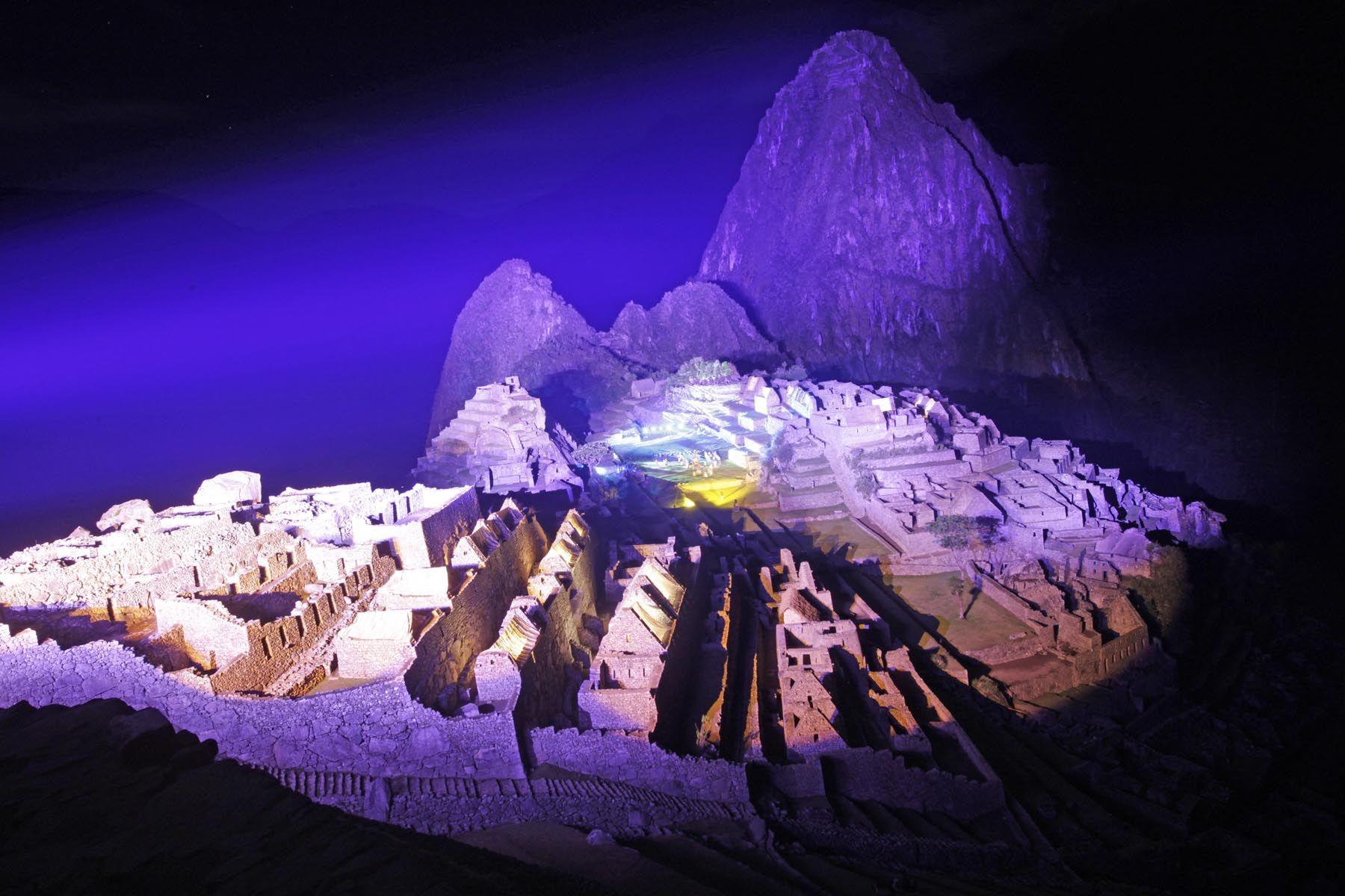 Impresionante iluminación sobre la ciudadela de Machu Picchu durante las celebraciones por los Cien Años de su descubrimiento al mundo. Foto: ANDINA/Alberto Orbegoso