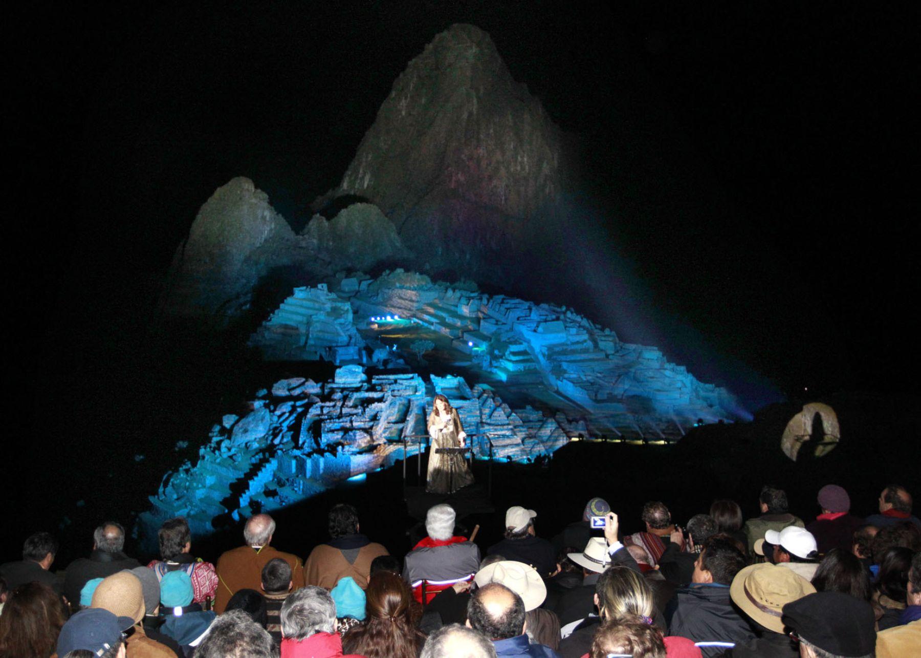 Tania Libertad le canta a Machu Picchu con la ciudadela como fondo, en el espectáculo de luces y sonido que esta noche conmemoró los cien años de su descubrimiento al mundo.Foto: Sepres