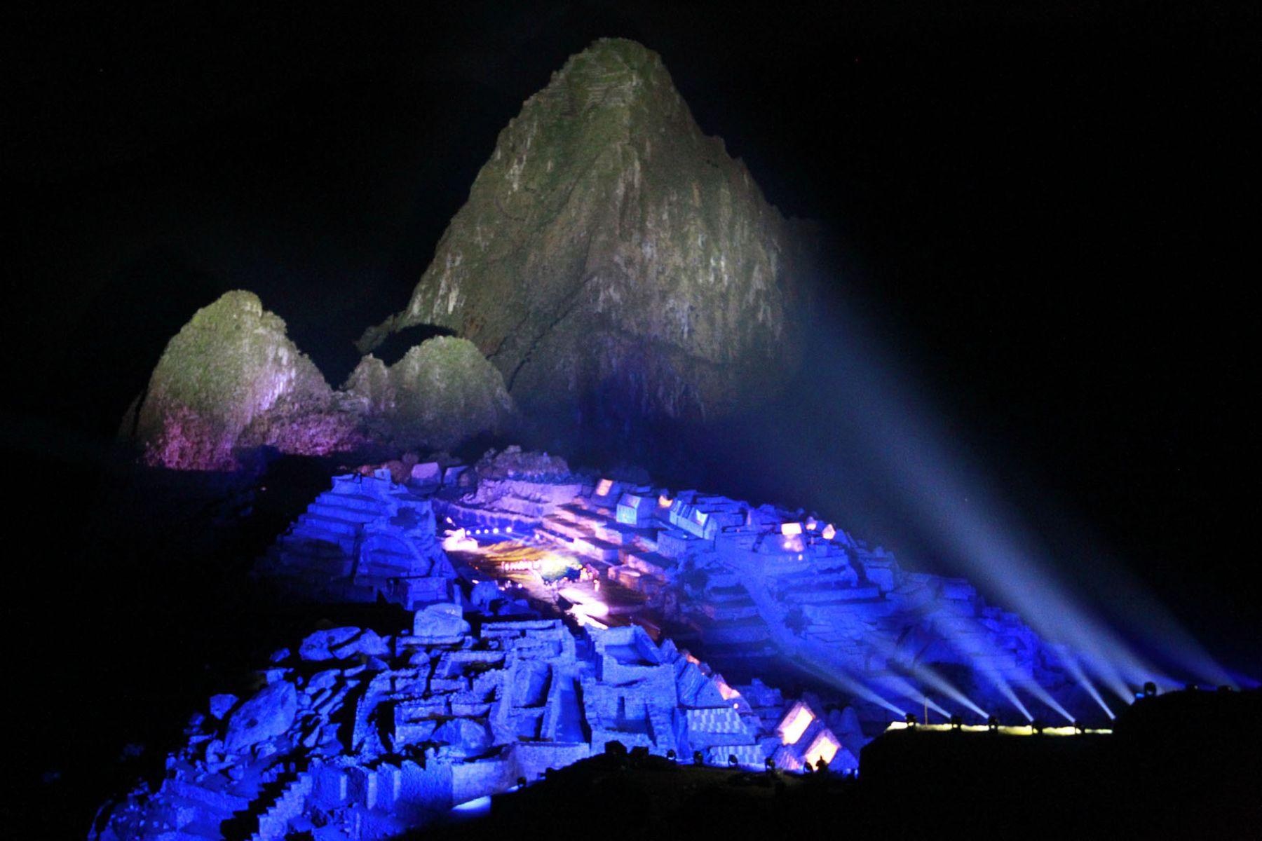 Impresionante iluminación sobre la ciudadela de Machu Picchu durante las celebraciones por los Cien Años de su descubrimiento al mundo. Foto: Sepres.