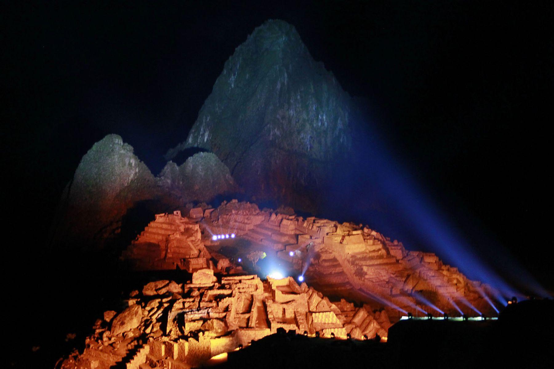 Impresionante iluminación sobre la ciudadela de Machu Picchu durante las celebraciones por los Cien Años de su descubrimiento al mundo.Foto: Sepres.