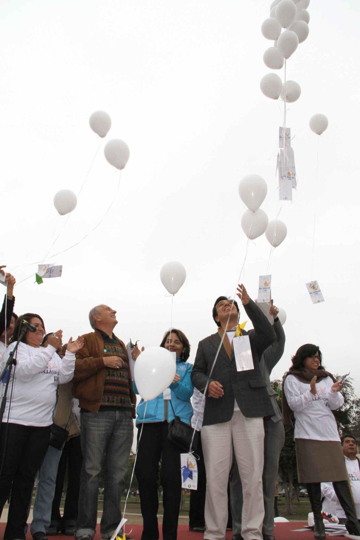 """Lanzamiento de globos blancos en marcha """"Mil grullas por la paz"""", realizada en La Victoria en recuerdo de las víctimas del ataque nuclear sobre la ciudad  japonesa de Hiroshima, el 6 de agosto de 1945."""