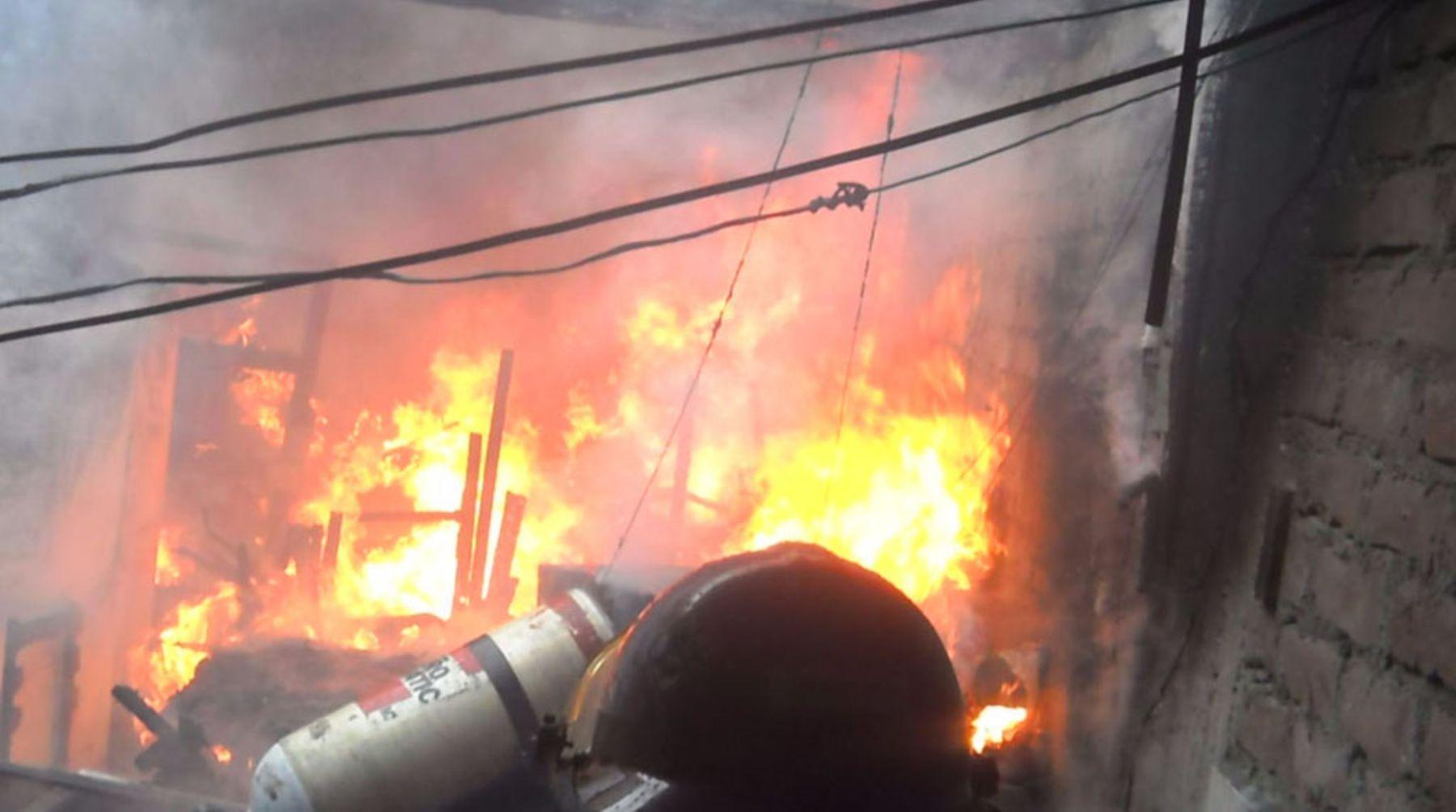 Fuego consume quinto piso de un laboratorio en La Victoria. Foto: ANDINA/Difusión.