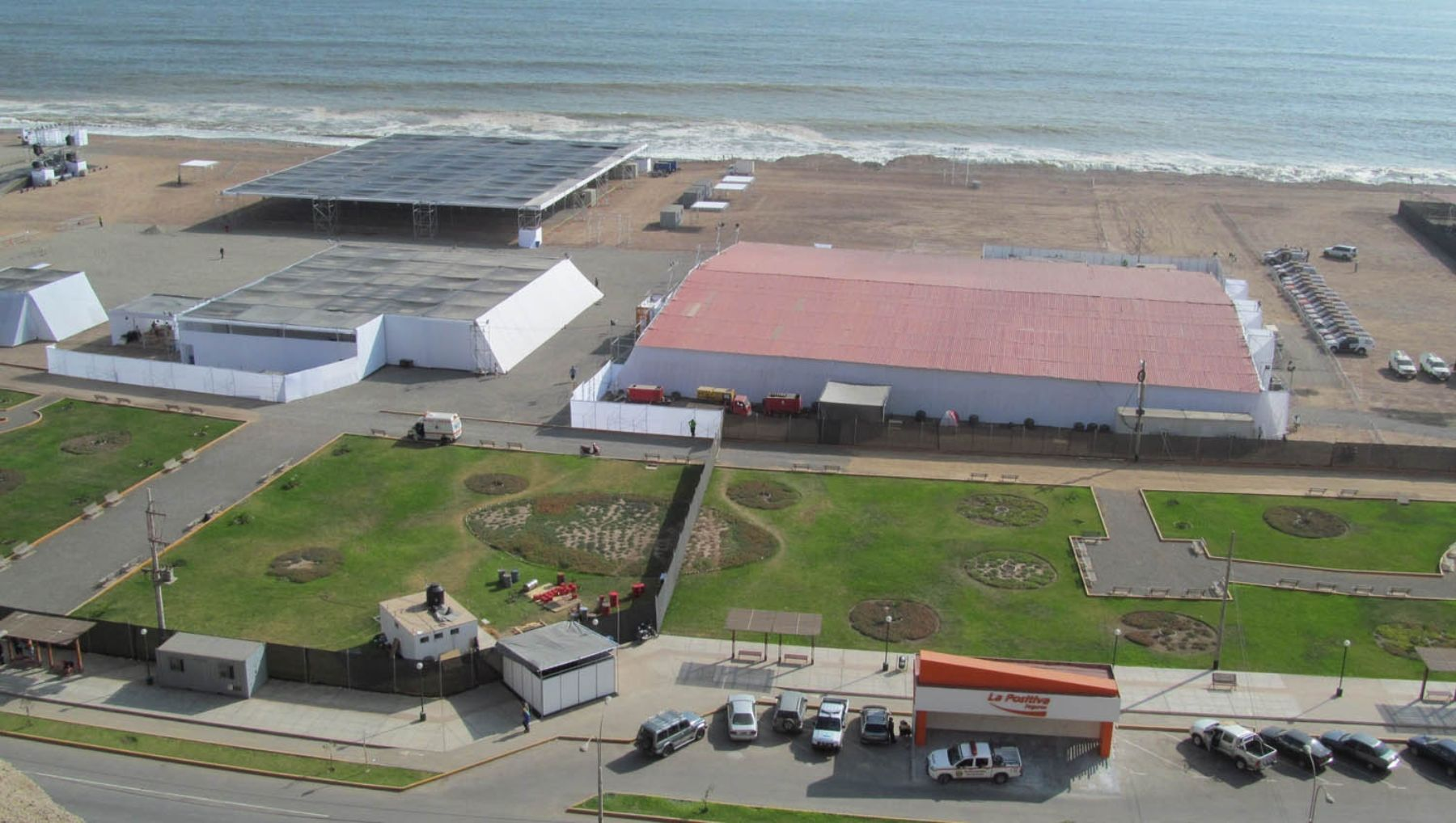 Campamento Dakar instalado en el sector de la Costa Verde en Magdalena del Mar, donde el público podrá apreciar los vehículos que competirán en el rally más importante a nivel mundial, del 2 al 4 de enero de 2013.