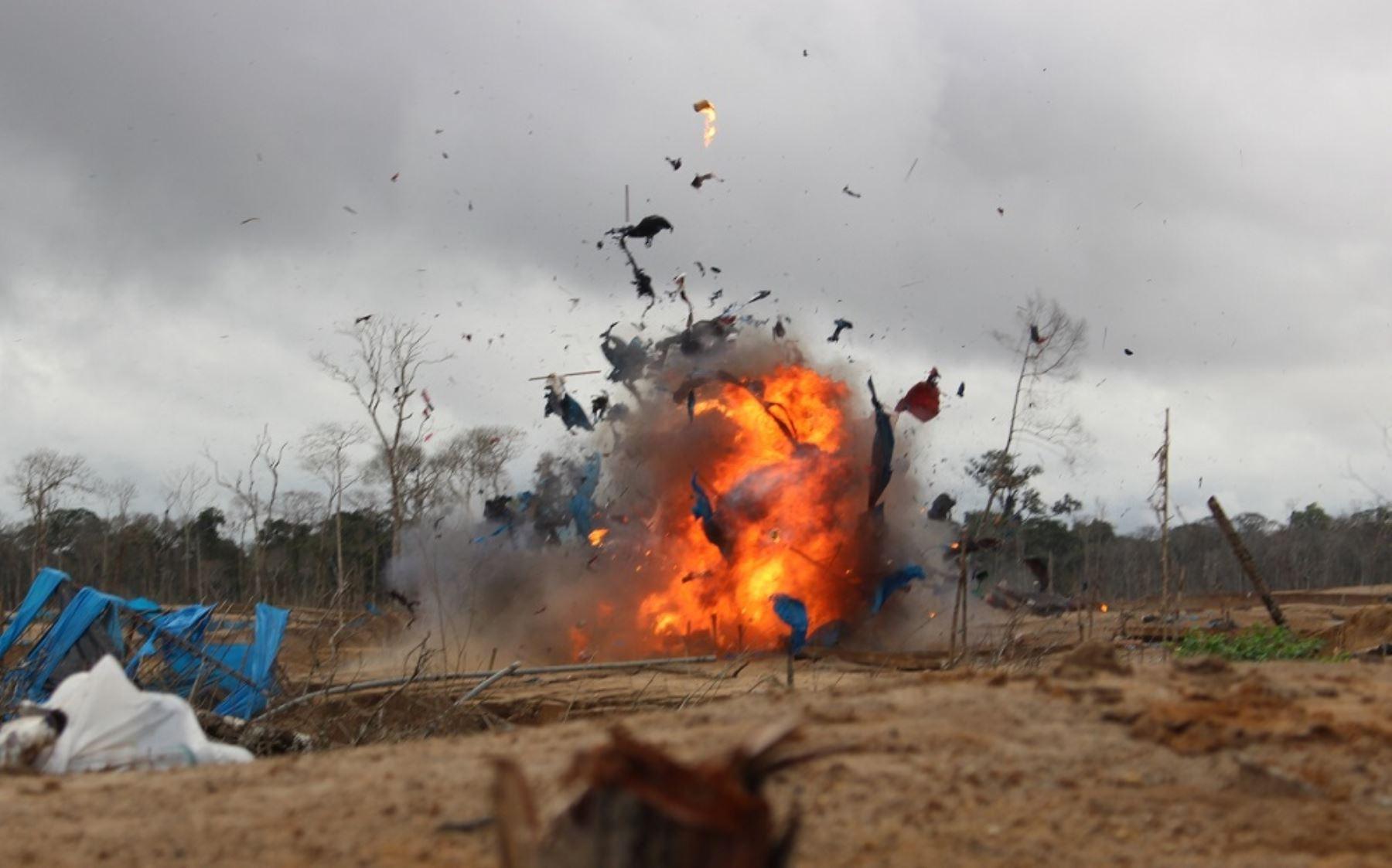 Destruyen maquinaria usada en la minería ilegal en Madre de Dios.