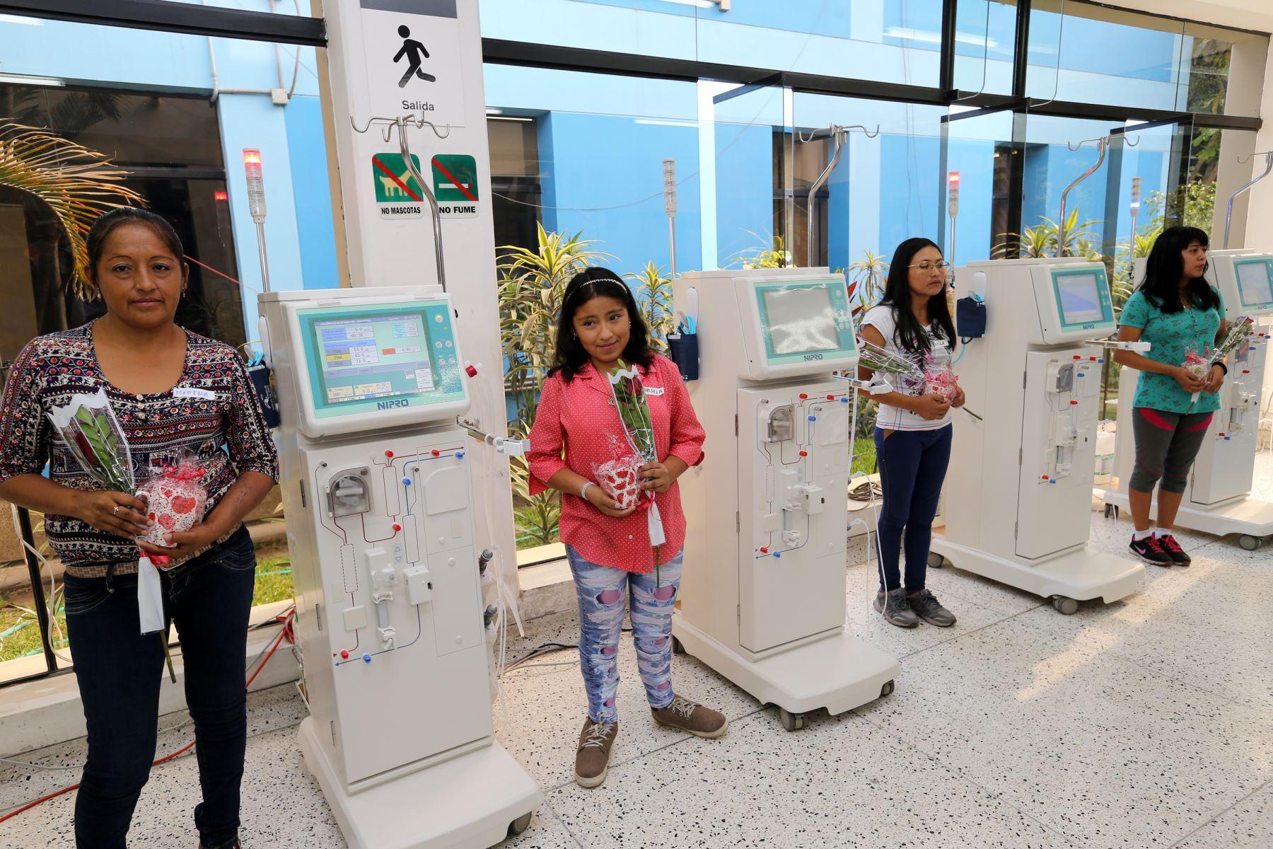 EsSalu presneta modernas máquinas de hemodiálisis. Foto: ANDINA/Norman Córdova
