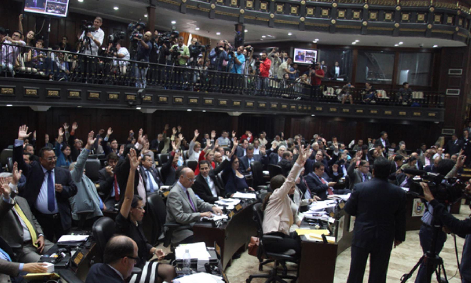 Parlamento venezolano acusa a maduro de dar un golpe de for Parlamento on line