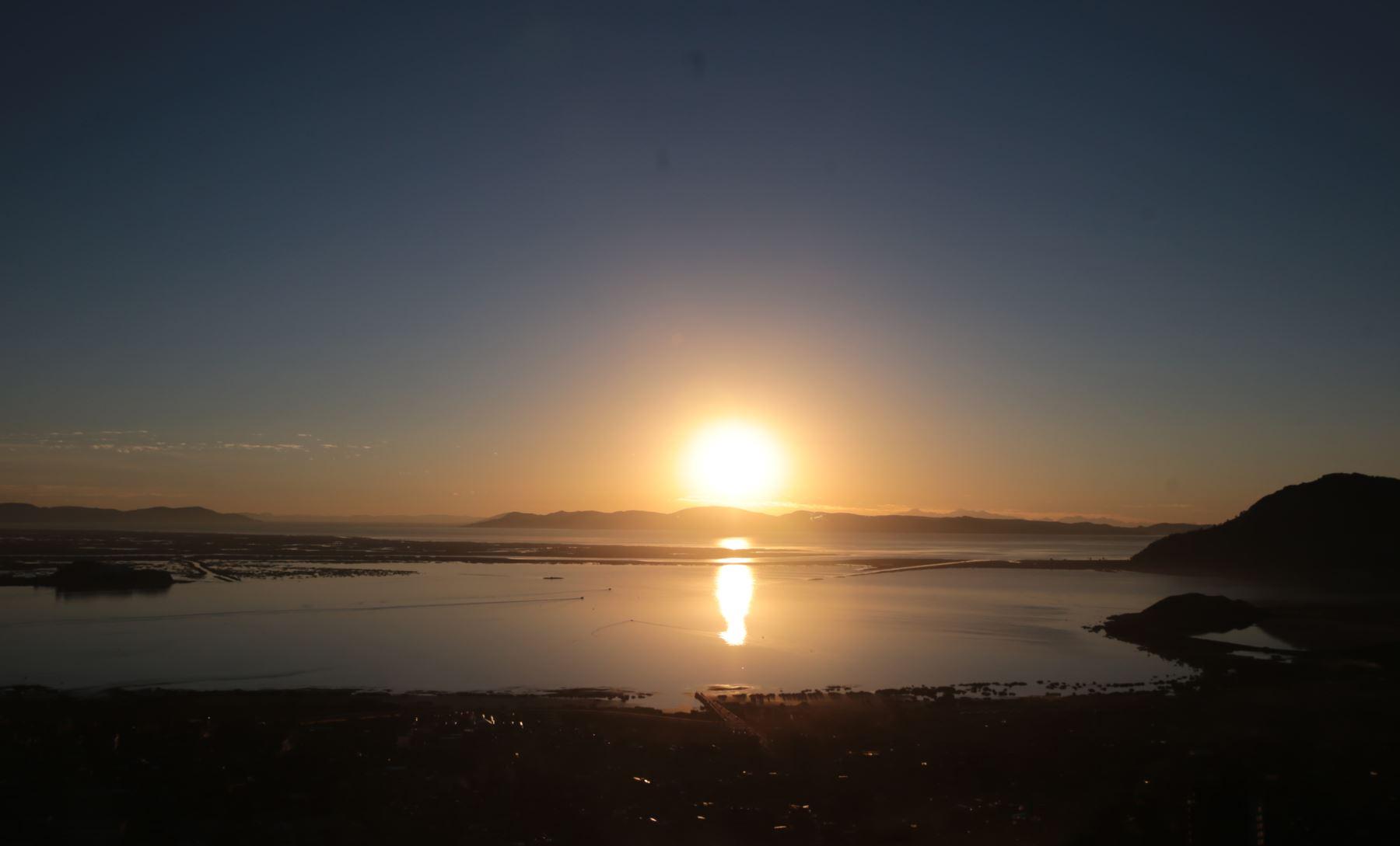 Puesta del sol en el lago Titicaca. ANDINA/archivo