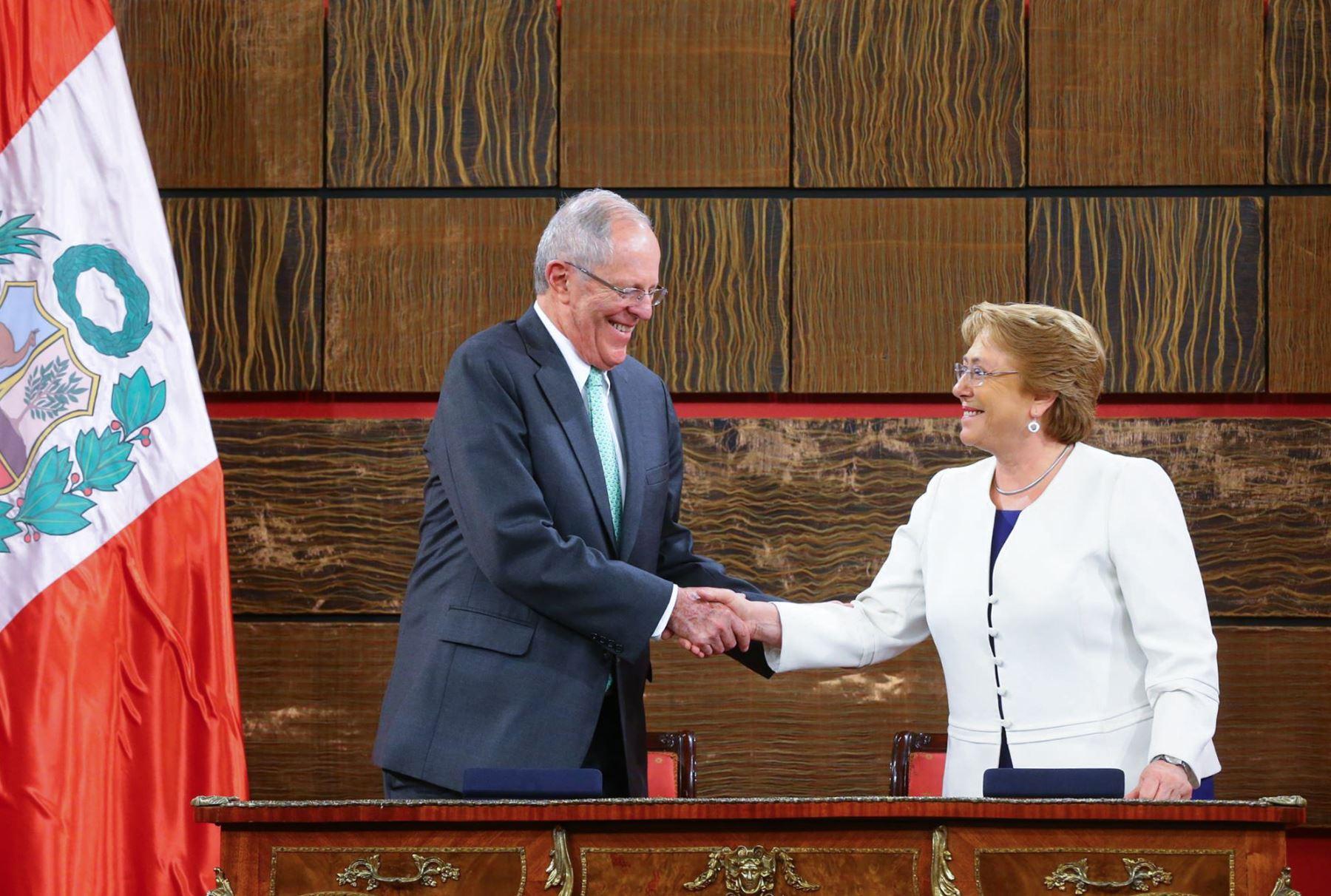 El presidente Kuczynski y su homóloga chilena Michelle Bachelet, firman acuerdos bilaterales en Santiago de Chile. Foto: ANDINA/ Prensa Presidencia