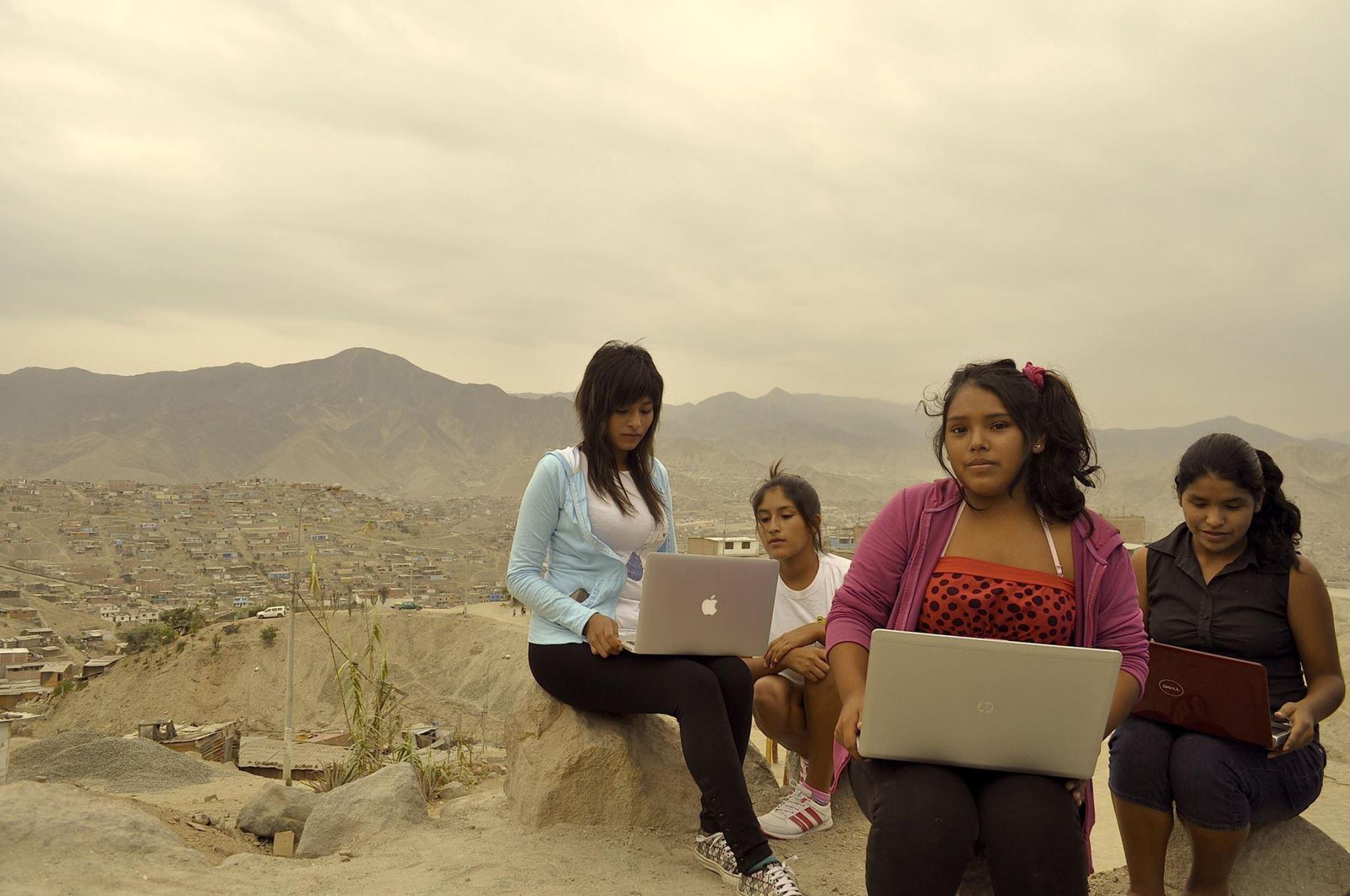 La película seguirá el proceso de formación en programación de peruanas.
