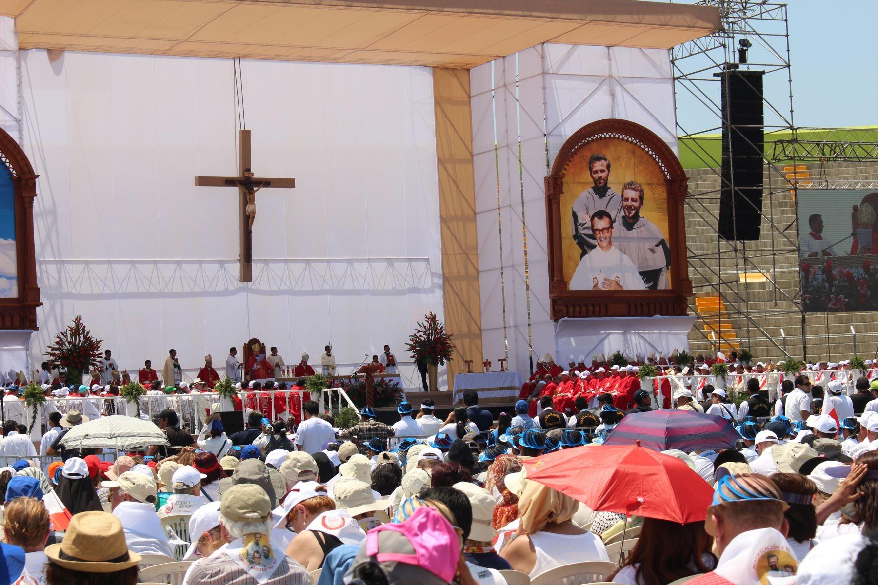 Incluyen fotografía y sello postal de los tres santos martes de Chimbote. ANDINA