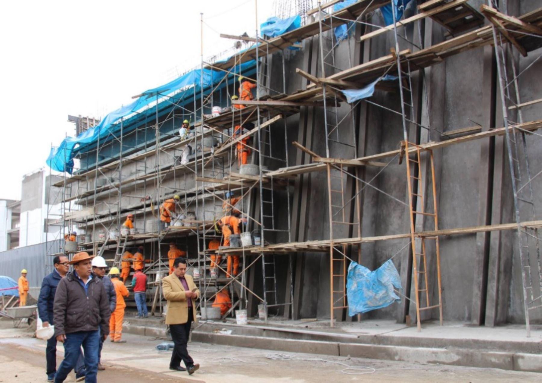 Gobernador regional de Junín inspecciona ejecución de obras públicas