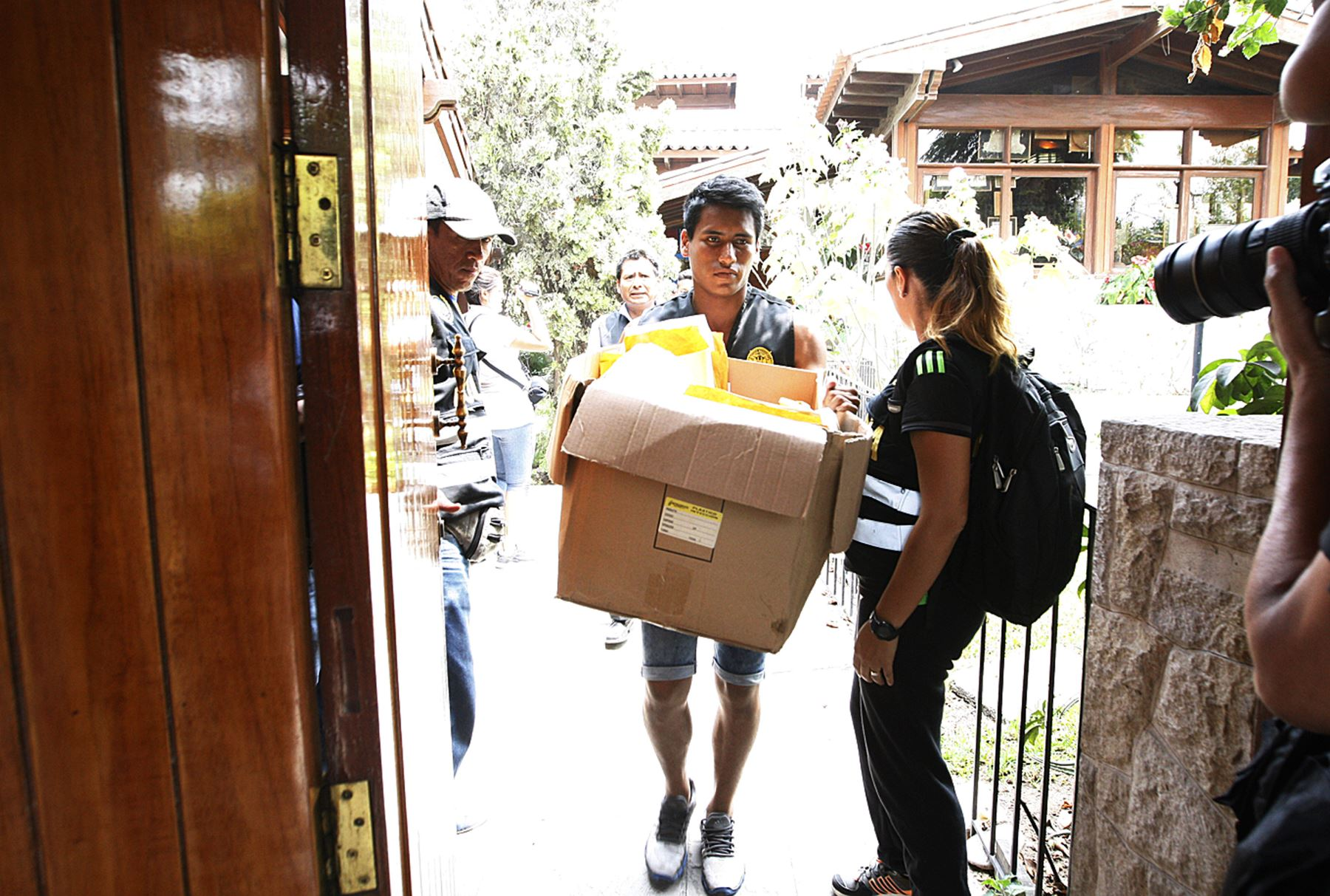 El fiscal Hamilton Castro encabezó en febrero del 2017 la diligencia de allanamiento a la casa de Toledo en Camacho. El objetivo fue buscar pruebas del pago de sobornos.Foto Andina/Eddy Ramos.