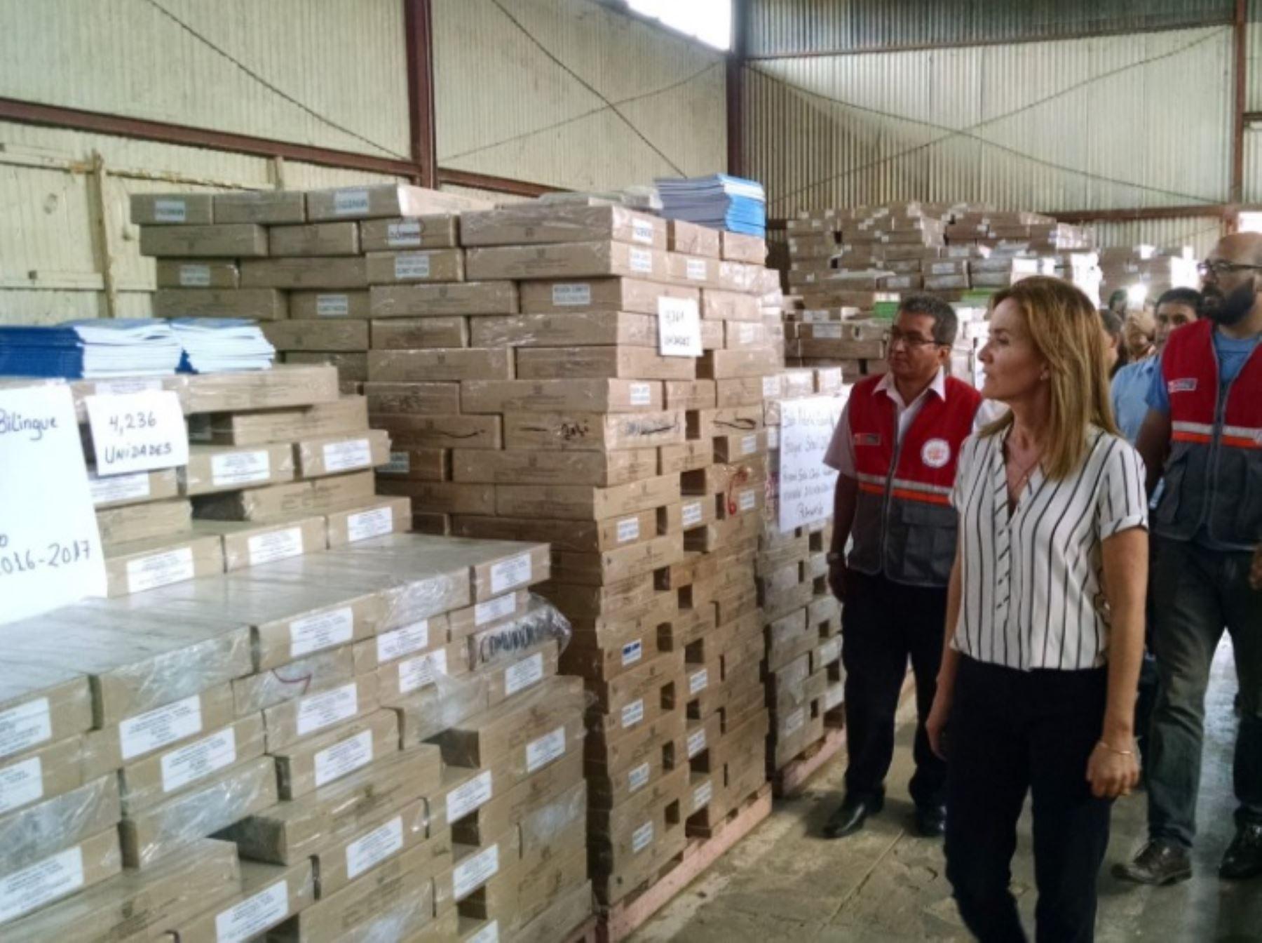 La ministra de Educación, Marilú Martens, visitó el almacén de la Ugel de Yurimaguas para verificar el estado de los materiales educativos que se entregarán a los alumnos este año.