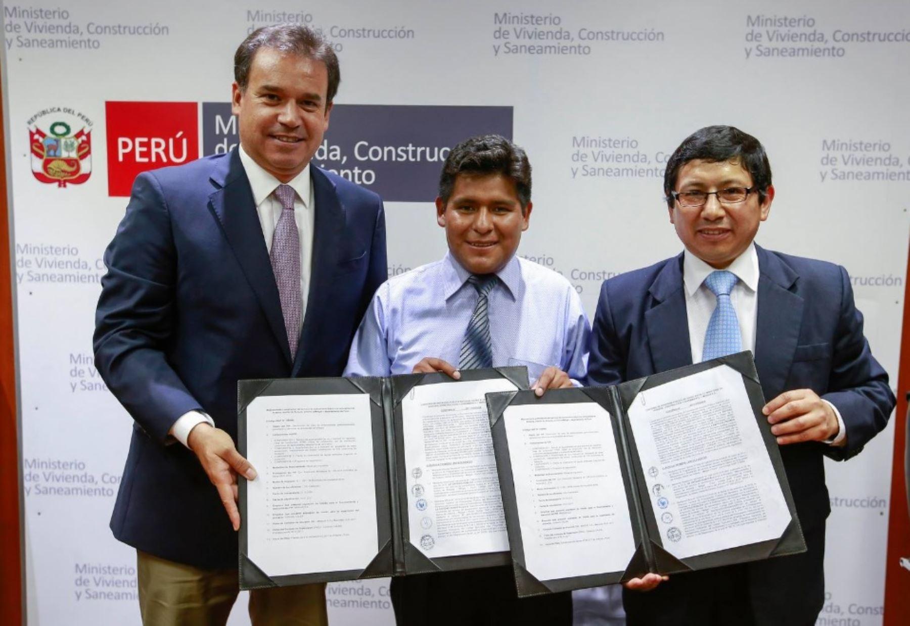 Ministro de Vivienda, Construcción y Saneamiento,  Edmer Trujillo Mori, suscribe convenio con representante de empresa Minsur para ejecución del primer proyecto de agua potable y saneamiento a ejecutarse vía Obras por Impuestos en la región Puno.