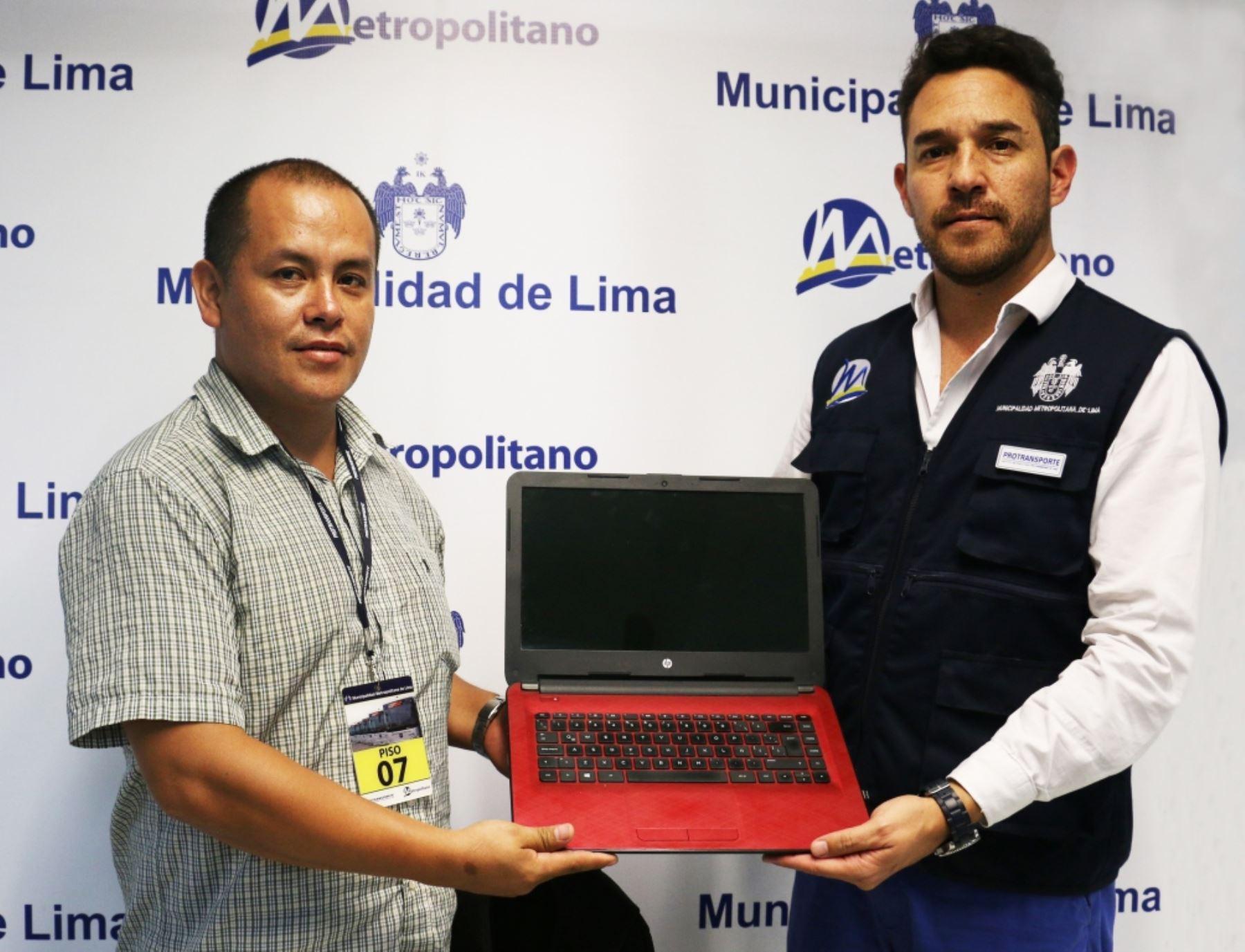 Devuelven a usuario laptop y mochila que olvidó en bus del Metropolitano. Foto: Difusión