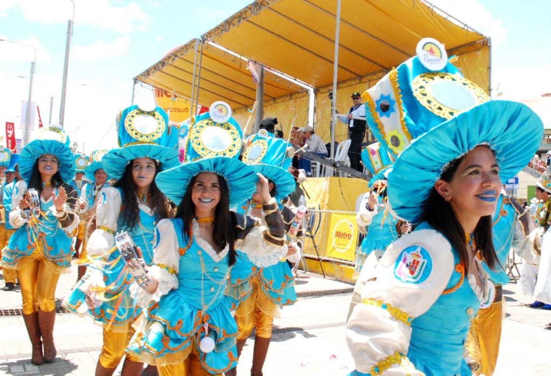 Numerosas delegaciones participaron en colorido corso del Carnaval de Cajamarca.