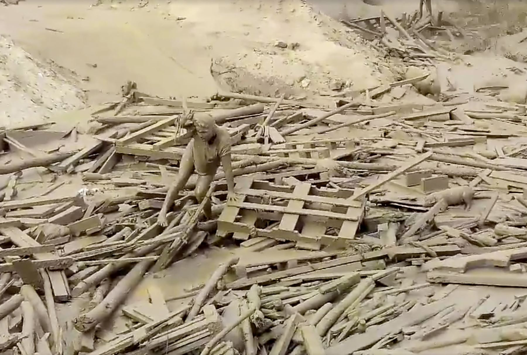 Joven mujer logra salvar la vida tras ser arrastrada por huaico en Punta Hermosa. Foto: Captura/ Facebook