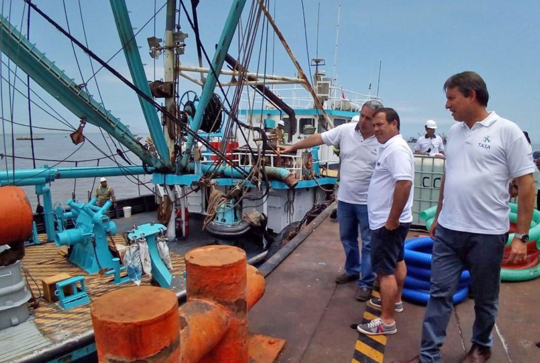 Ministro Bruno Giuffra inspecciona embarque de 200 toneladas de ayuda humanitaria desde muelle de pesquera TASA en El Callao hacia el norte. Foto: SNP.