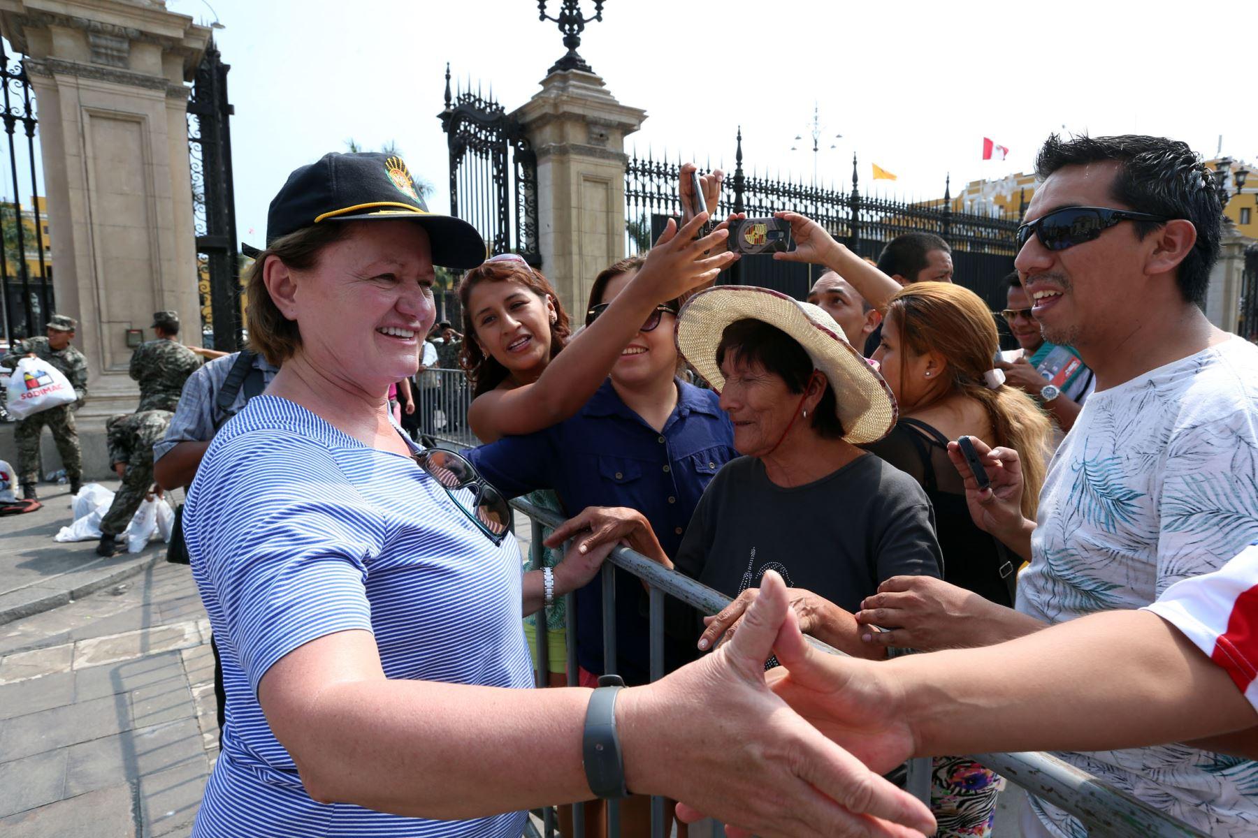 La esposa del Presidente Pedro Pablo Kuczynski , Nancy Lange, recepciona personalmente las donaciones en Palacio de Gobierno para los damnificados por las fuertes Lluvias. Foto: ANDINA/Dante Zegarra