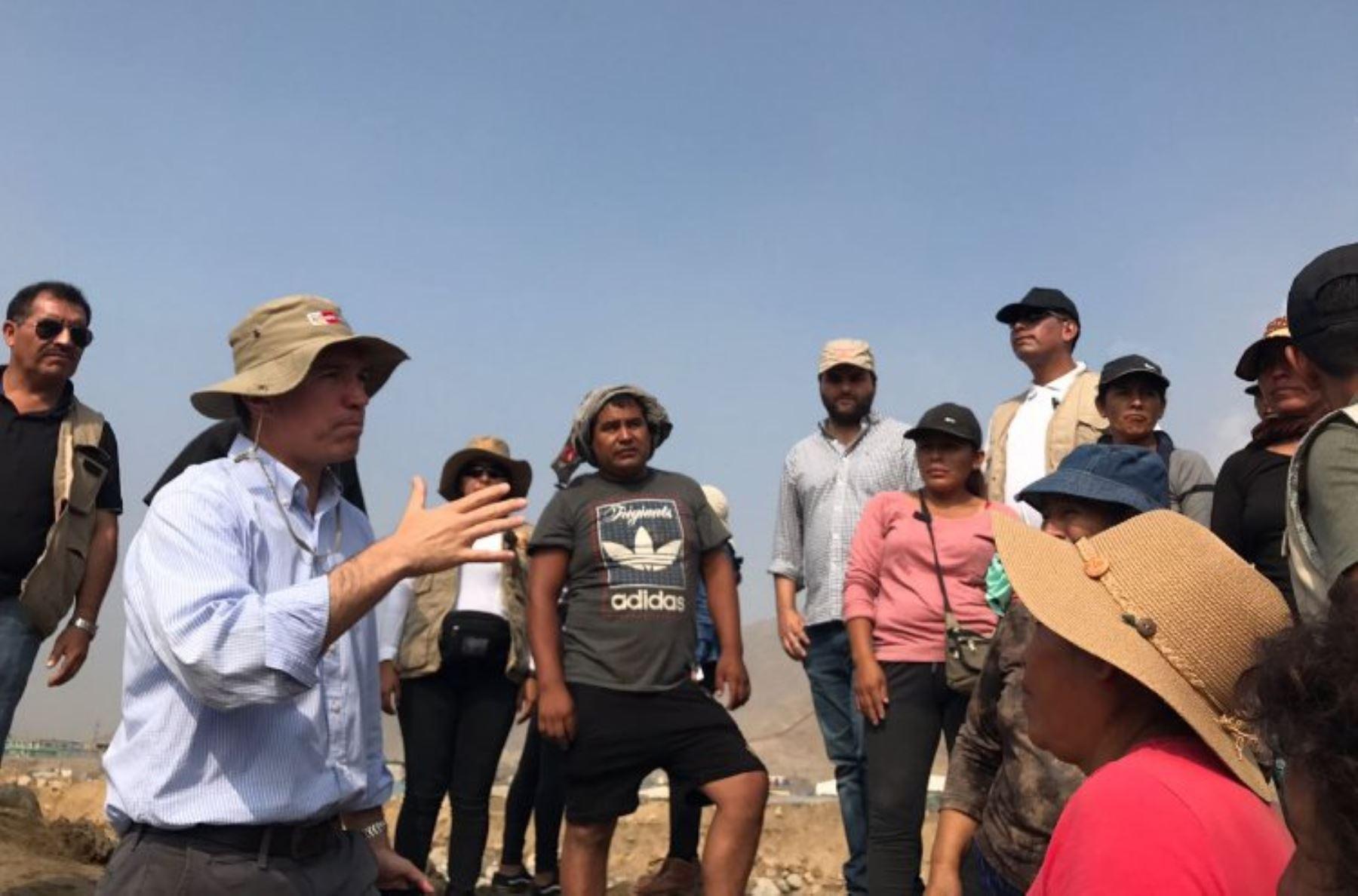 Ministro de Cultura, Salvador del Solar, en diálogo con población afectada por huaicos.