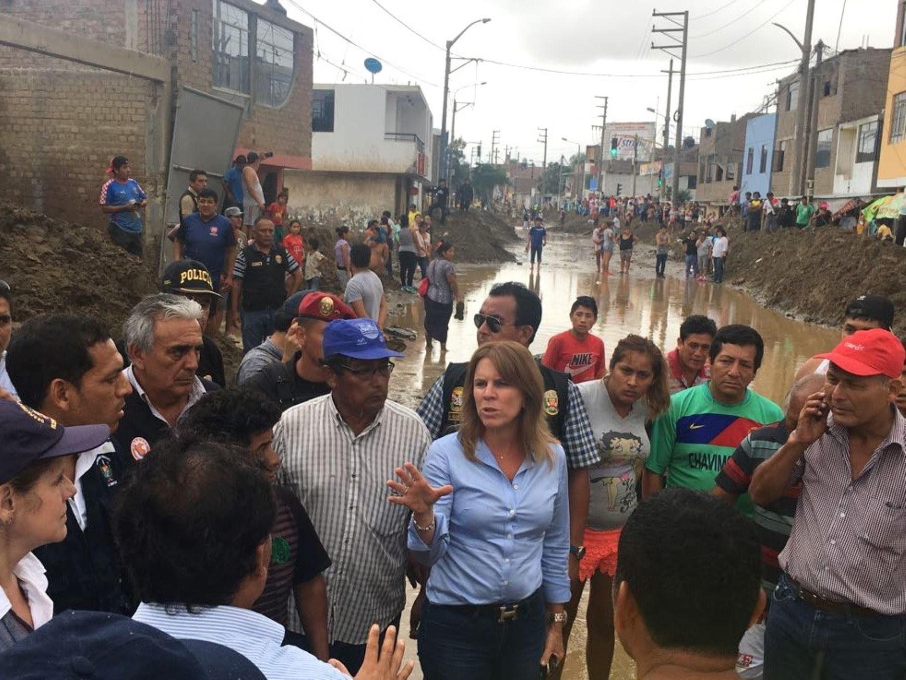 Ministra Cayetana Aljovín permanecerá en Trujillo durante los siguientes días para seguir coordinador con las autoridades regionales y locales la atención de la emergencia en la región La Libertad.