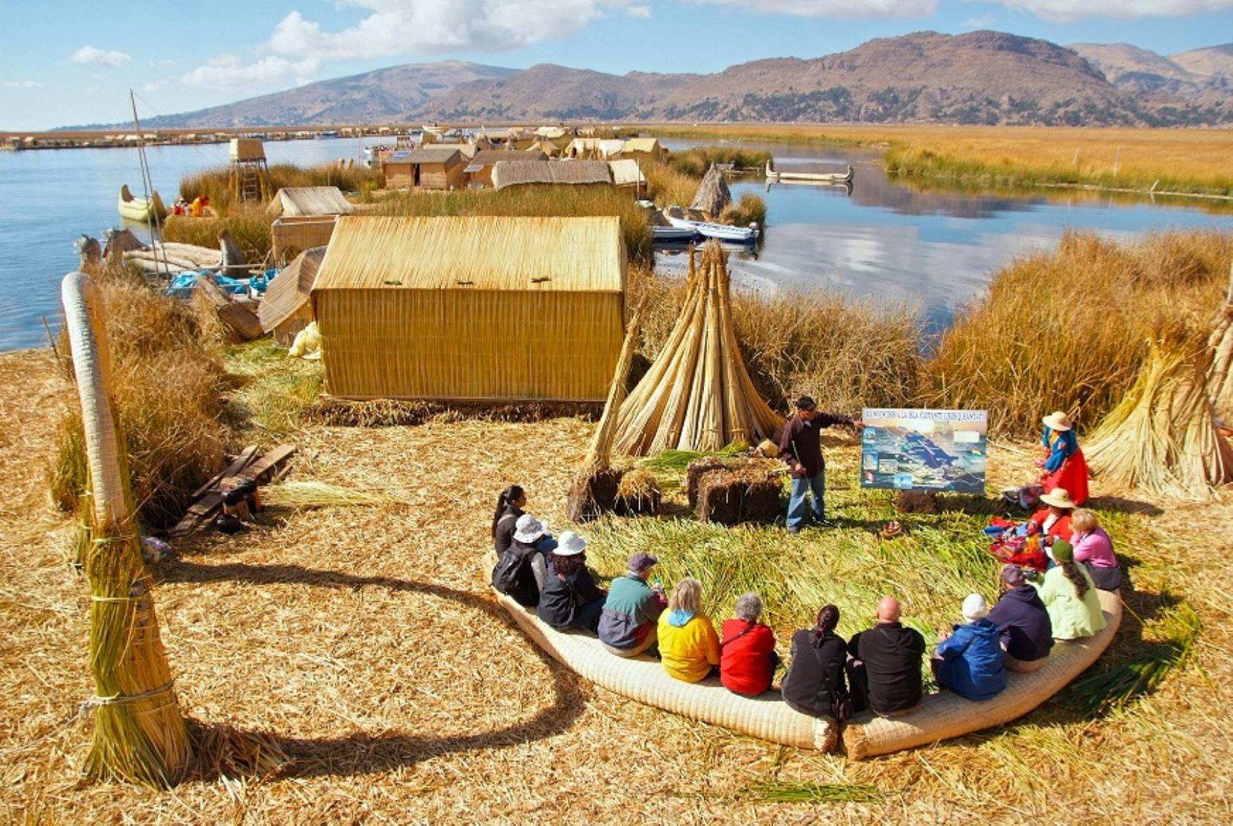 Turismo rural comunitario en islas de Los Uros en el lago Titicaca. Foto: Mincetur.