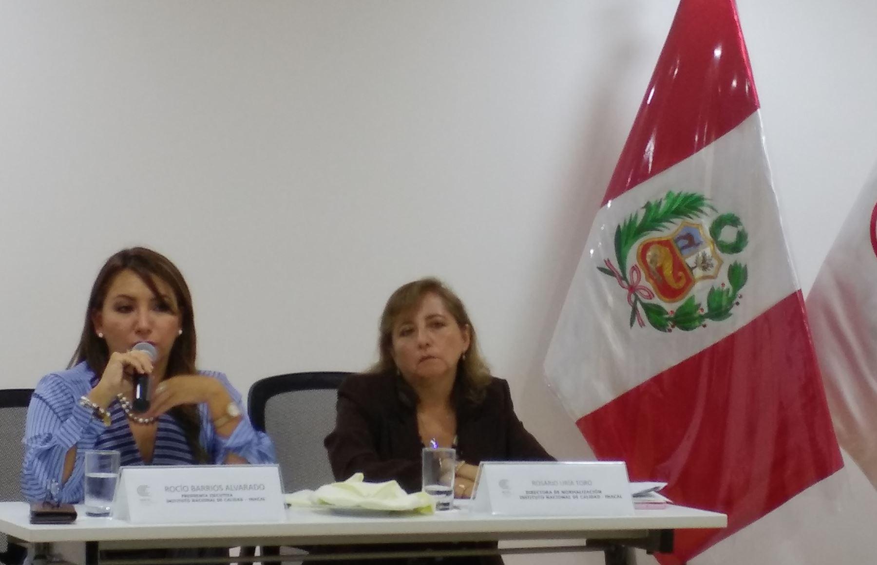 La presidenta ejecutiva del Inacal, Rocío Barrios anuncia la próxima implementación de la norma antisoborno ISO 37001, acompañada de la directora de Normalización del Inacal, Rosario Uria. Foto: Andina.