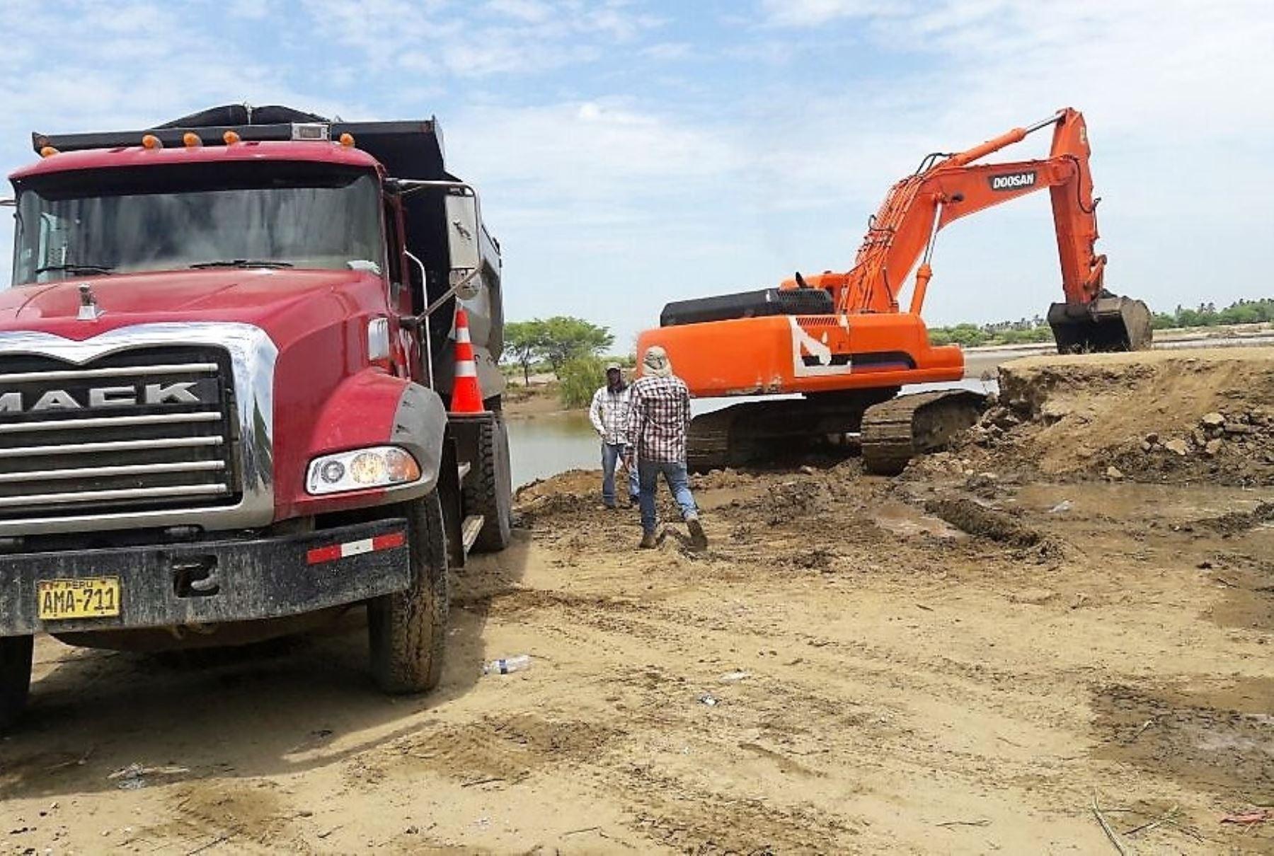 Las obras de prevención en el río Piura ya empezaron y se tiene previsto que hasta diciembre se encauzará, descolmatará y limpiará 117 kilómetros de su cauce para evitar desbordes e inundaciones durante la temporada de lluvias en el verano próximo, informó hoy el ministro de Agricultura y Riego, José Manuel Hernández. ANDINA/Difusión